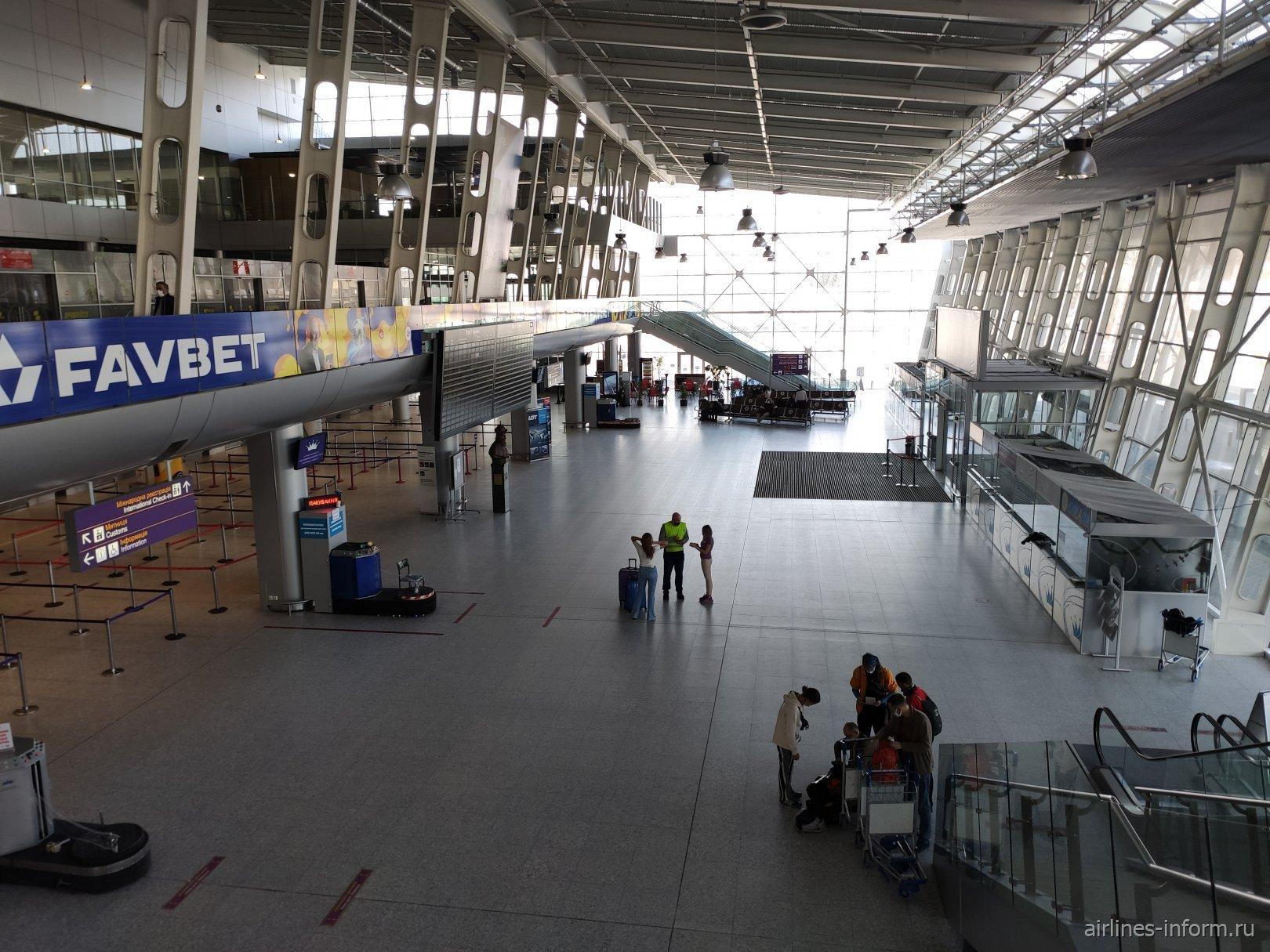 Общий зал пассажирского терминала аэропорта Львов