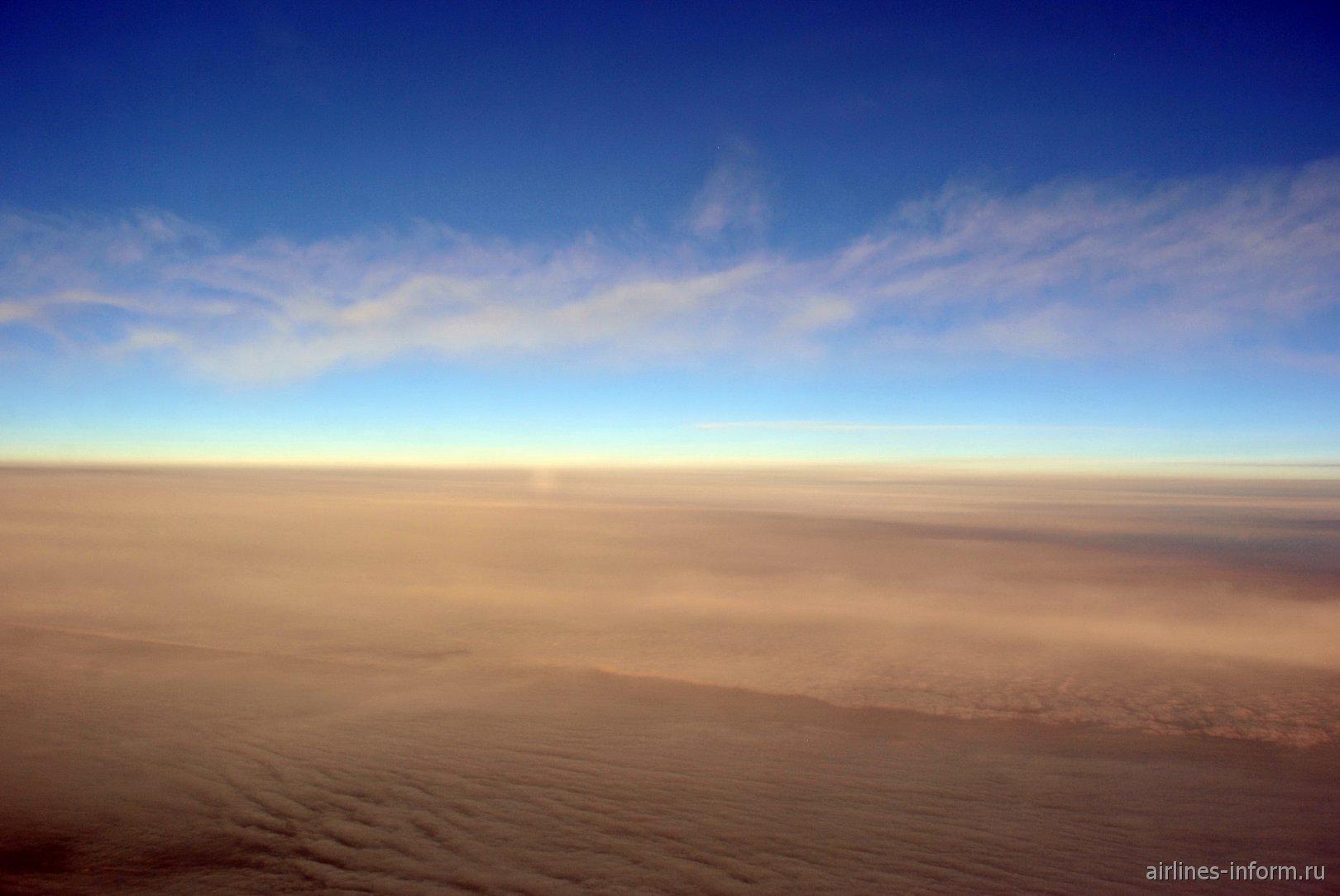 Облака на рассвете во время рейса Хельсинки-Лондон