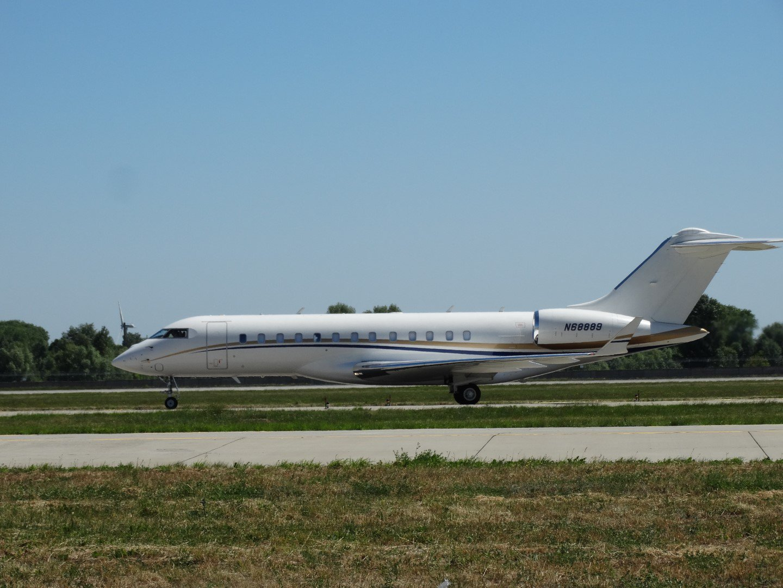 Bombardier BD-700-1A10 Global 6000 в аэропорту Киев Борисполь