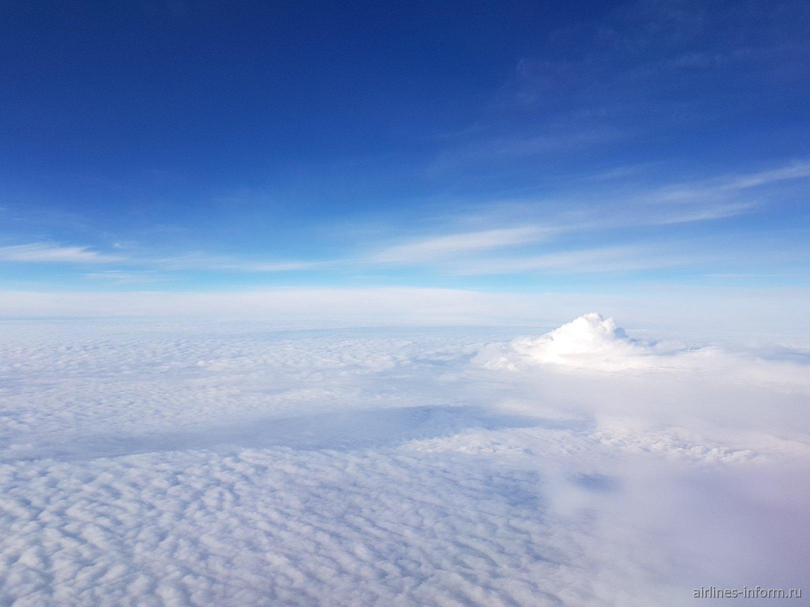 Синее небо над облаками