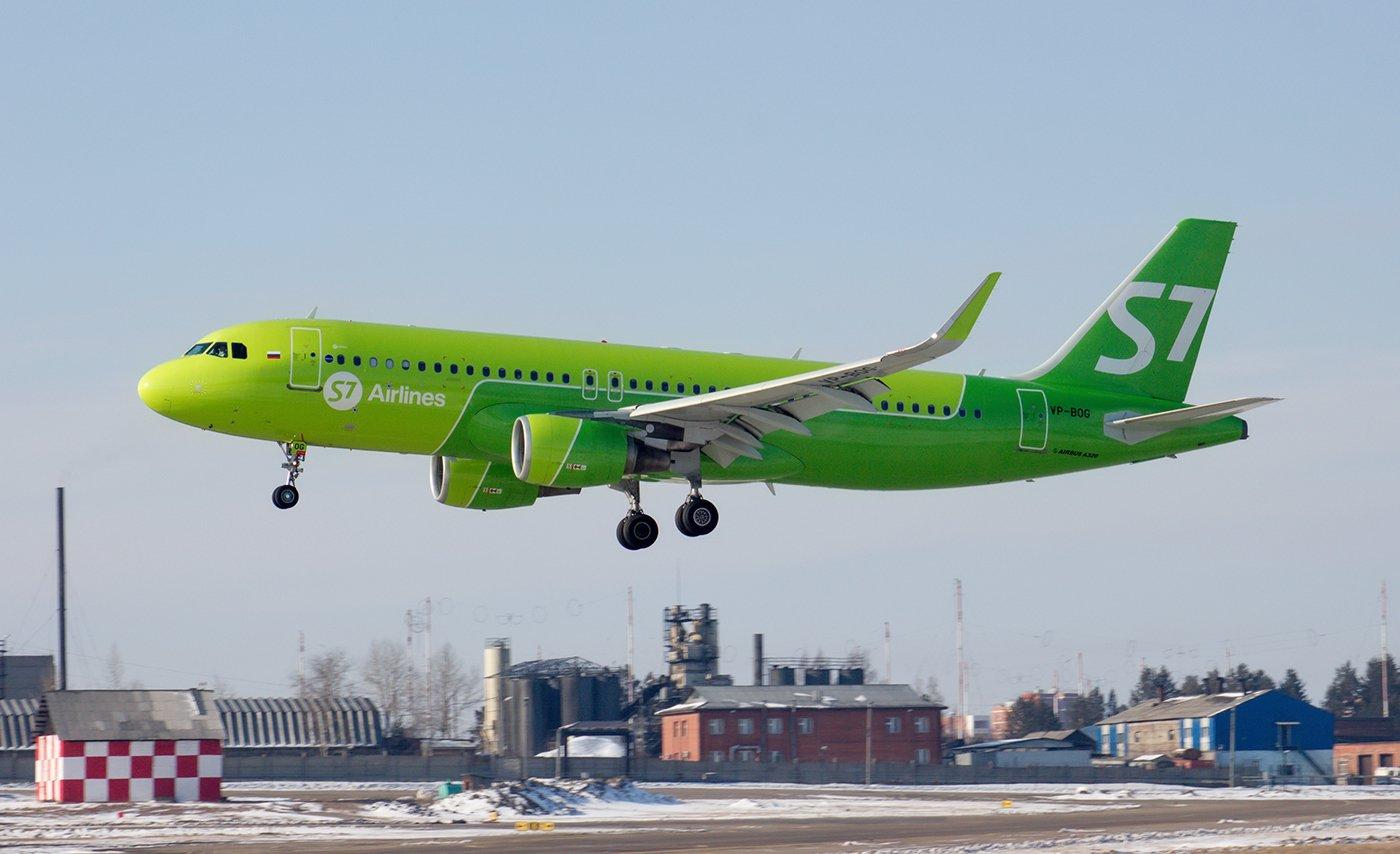 Самолет Airbus A320 VP-BOG авиакомпании S7 Airlines садится в аэропорту Иркутск