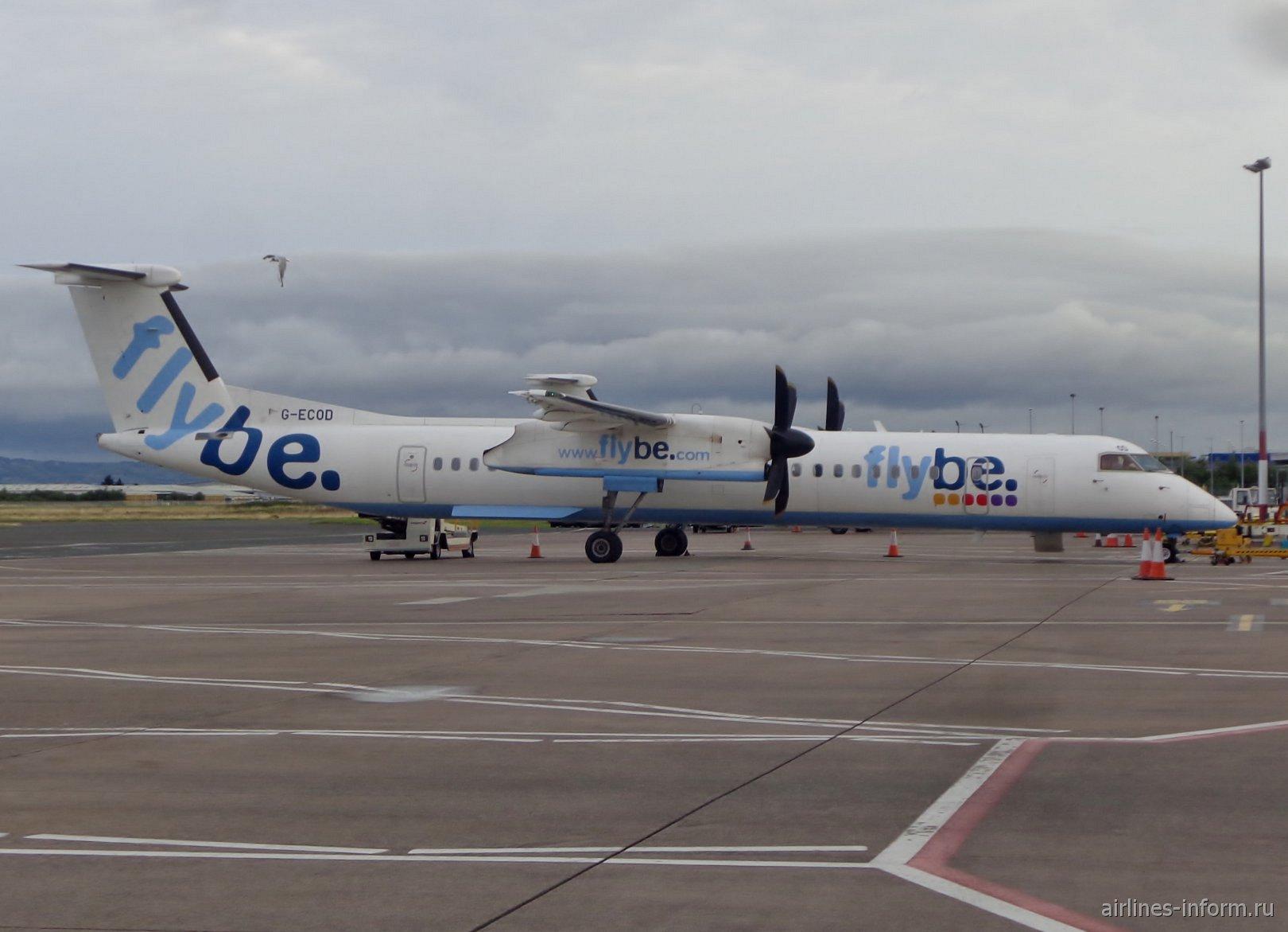 Самолет Bombardier Dash 8Q-400 G-ECOD в старой ливрее авиакомпании Flybe