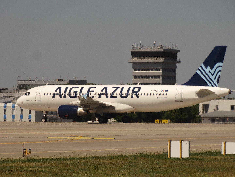 Самолет Airbus A320 F-HBAO авиакомпании Aigle Azur в аэропорту Киев Борисполь
