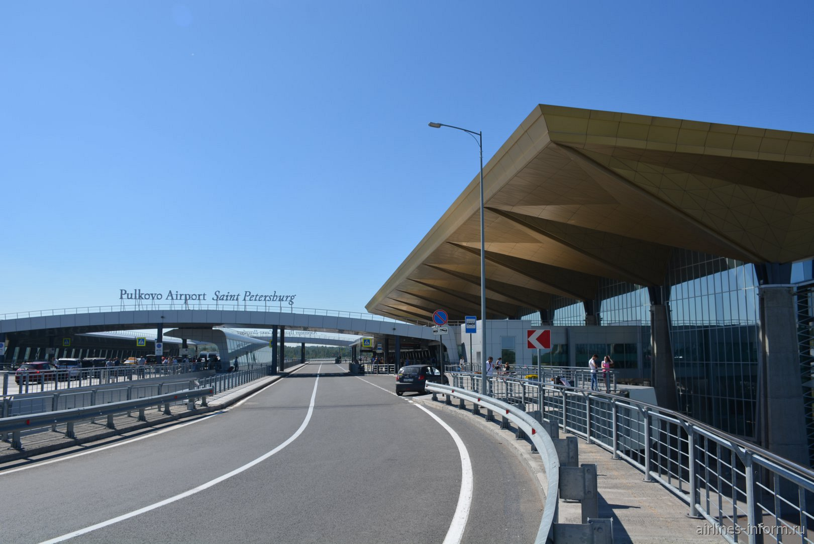 У входа в пассажирский терминал аэропорта Санкт-Петербург Пулково