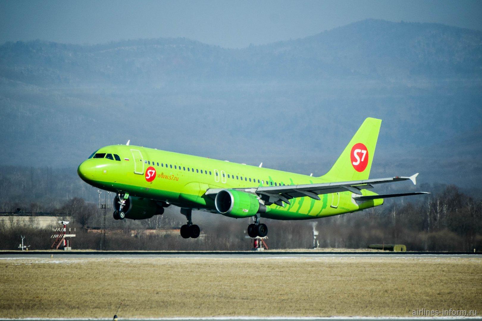 Посадка самолета Airbus A320 авиакомпании S7 Airlines в аэропорту Владивостока