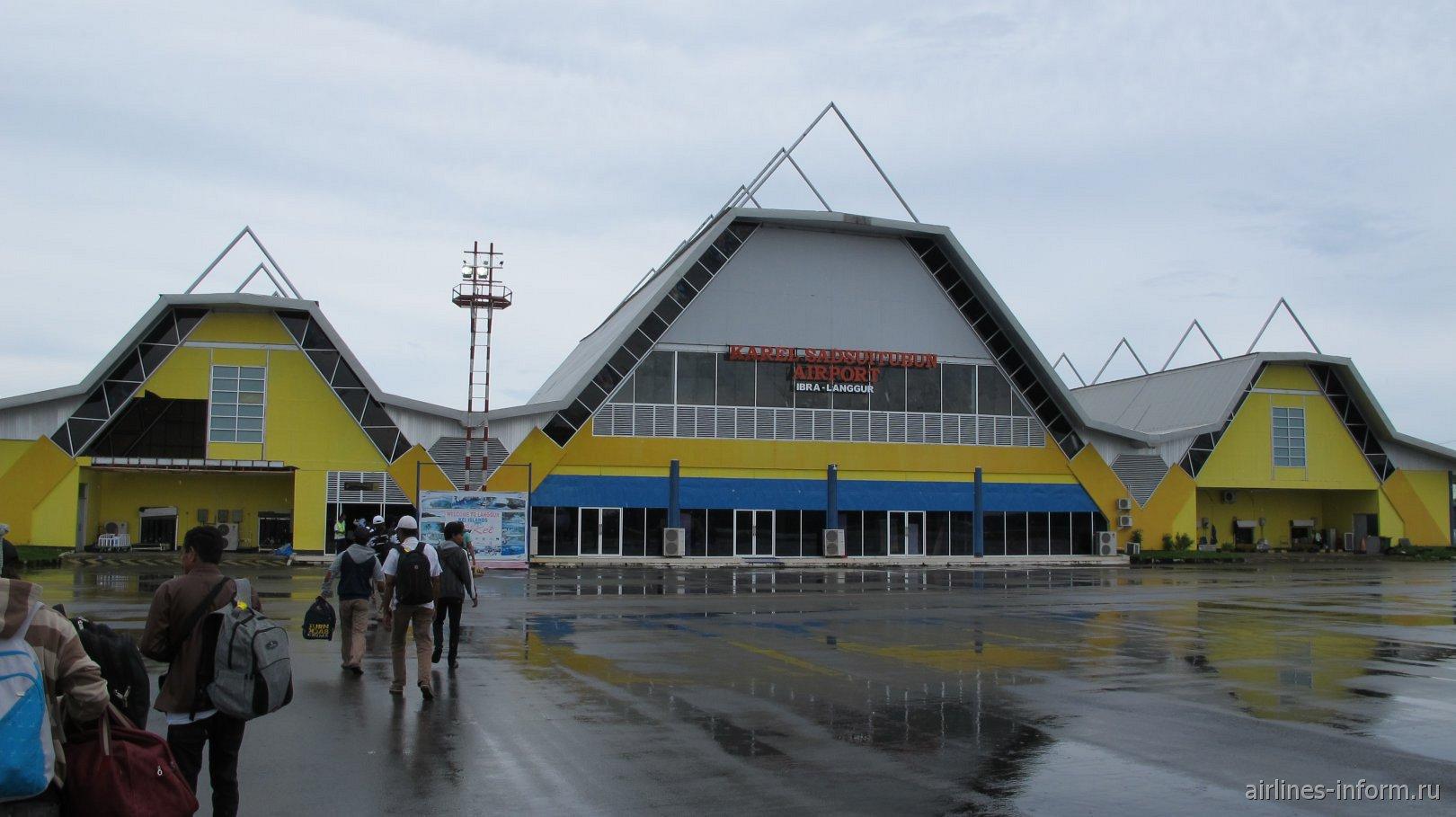 Вид с перрона на пассажирский терминал аэропорта Лангур