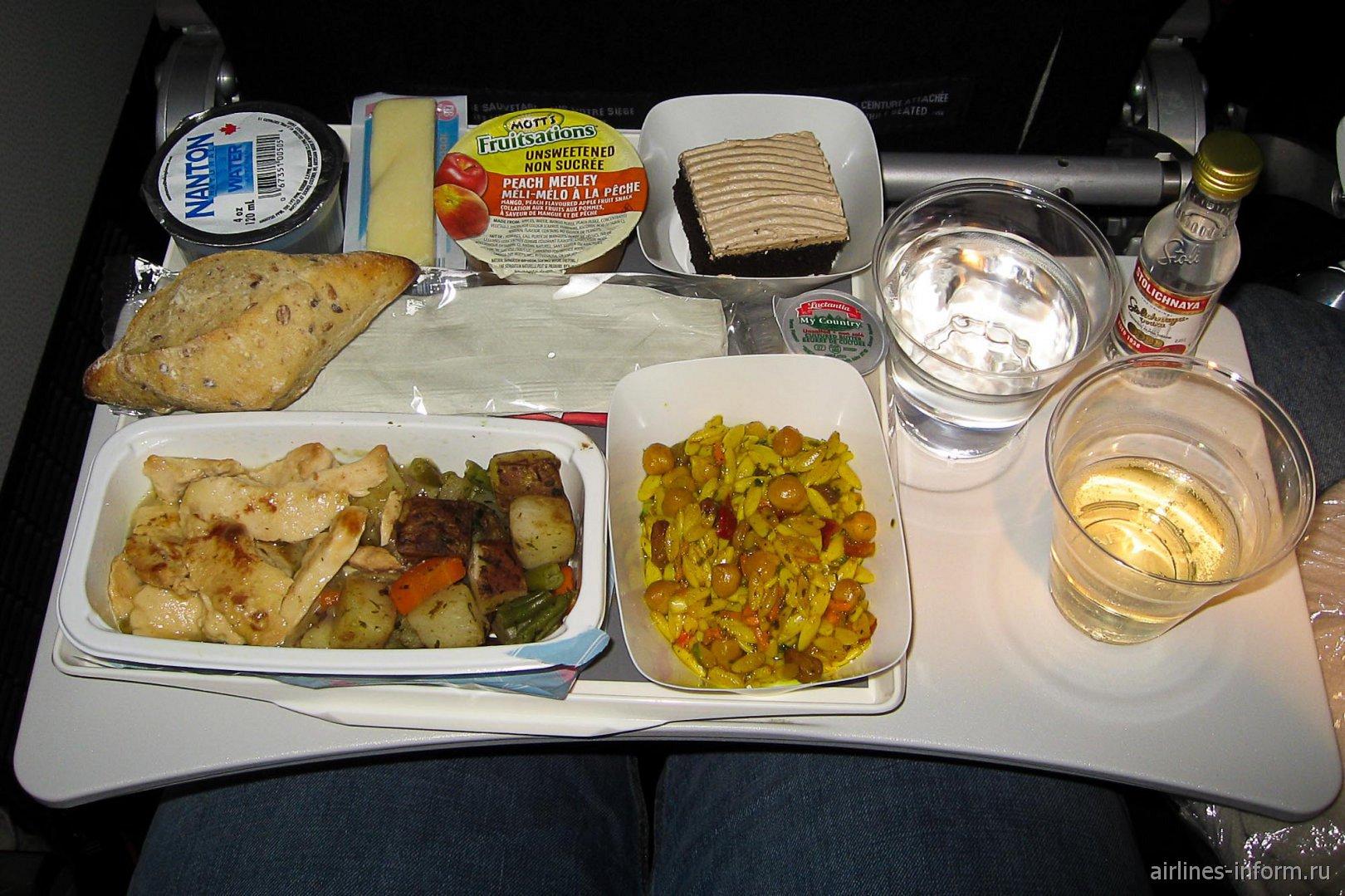 Горячее питание на рейсе Торонто-Париж авиакомпании Air France