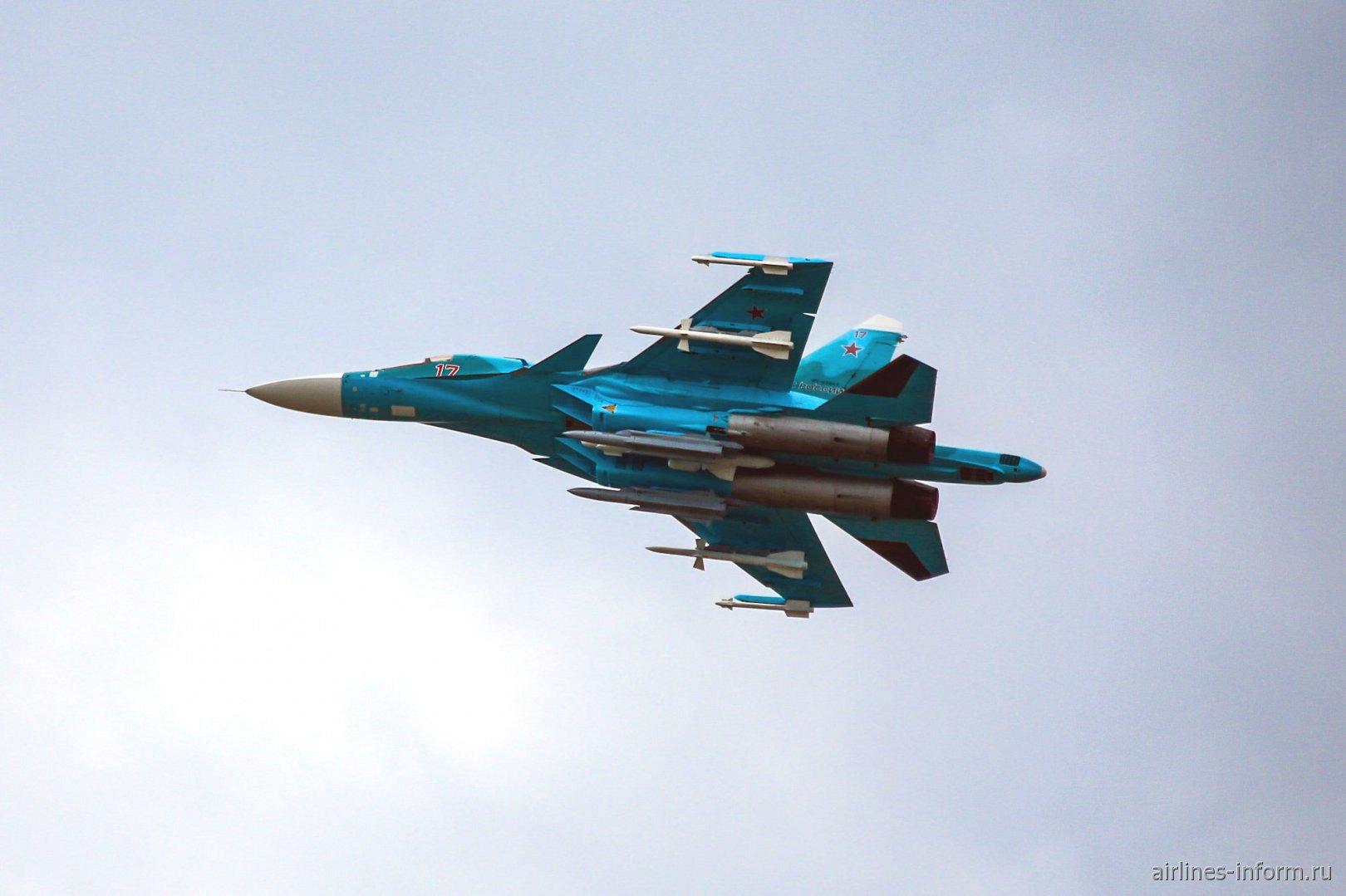 Бомбардировщик Су-34 в полете на авиасалоне МАКС-2017