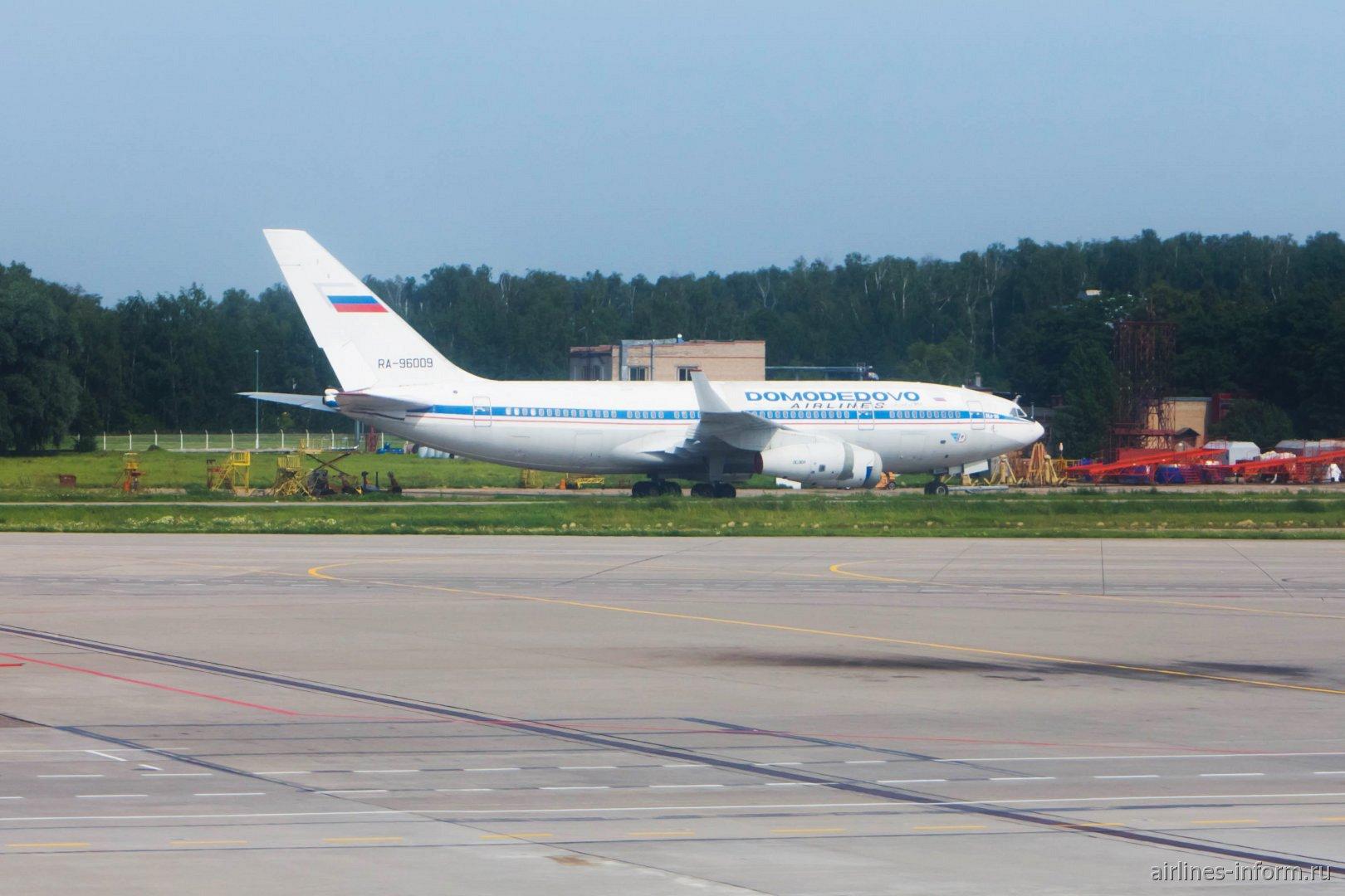 Ил-96-300 RA-96009 Домодедовских авиалиний в аэропорту Домодедово