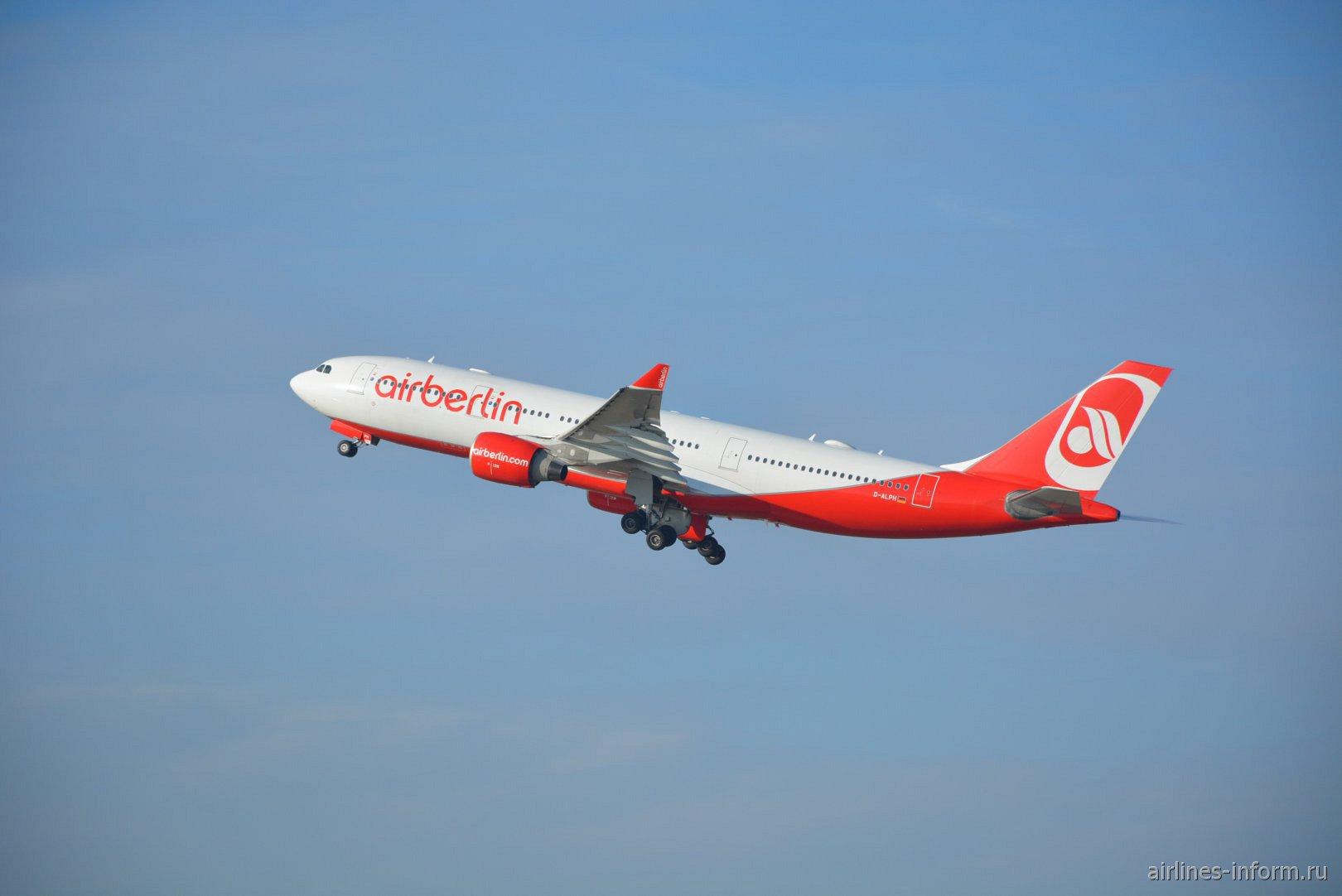 Взлет самолета Airbus A330-200 авиакомпании airberlin