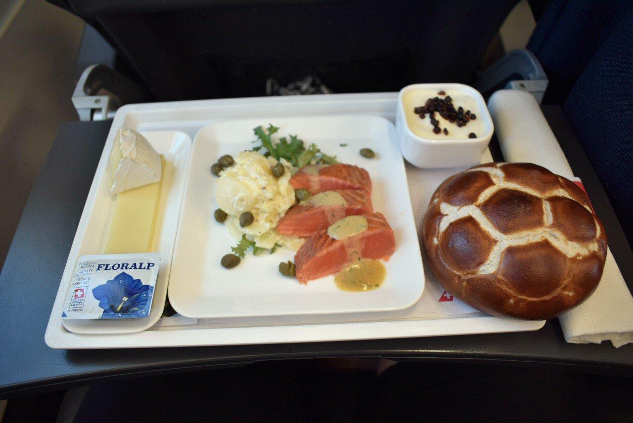 Бортовое питание пассажира бизнес-класса на рейсе Лондон-Цюрих авиакомпании SWISS