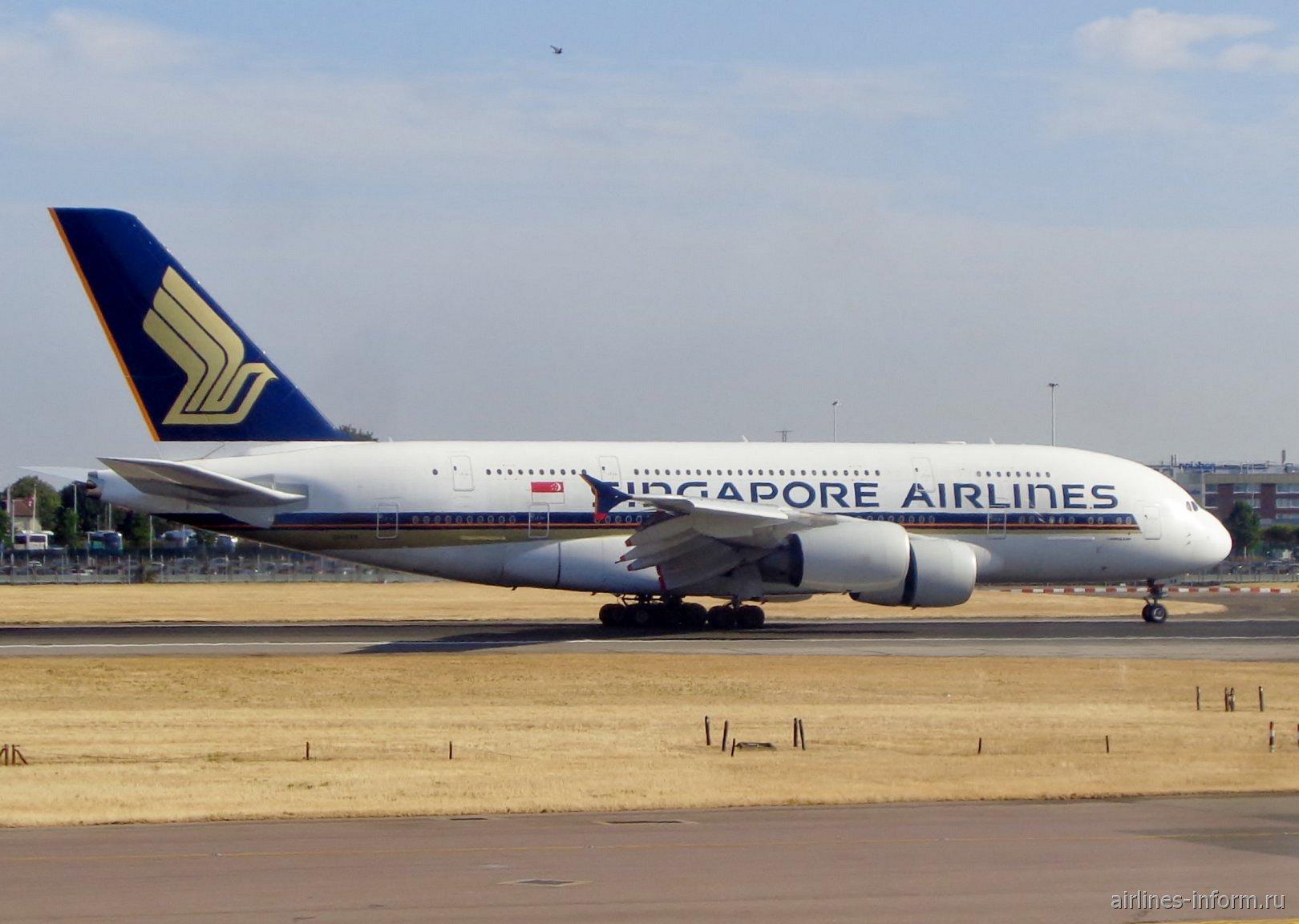 Самолет Airbus A380 Сингапурских авиалиний в аэропорту Лондон Хитроу