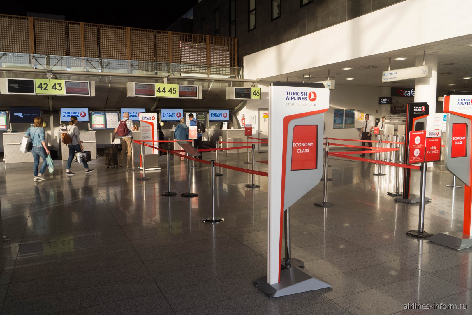 Стойки регистрации Турецких авиалиний в аэропорту Катания-Фонтанаросса