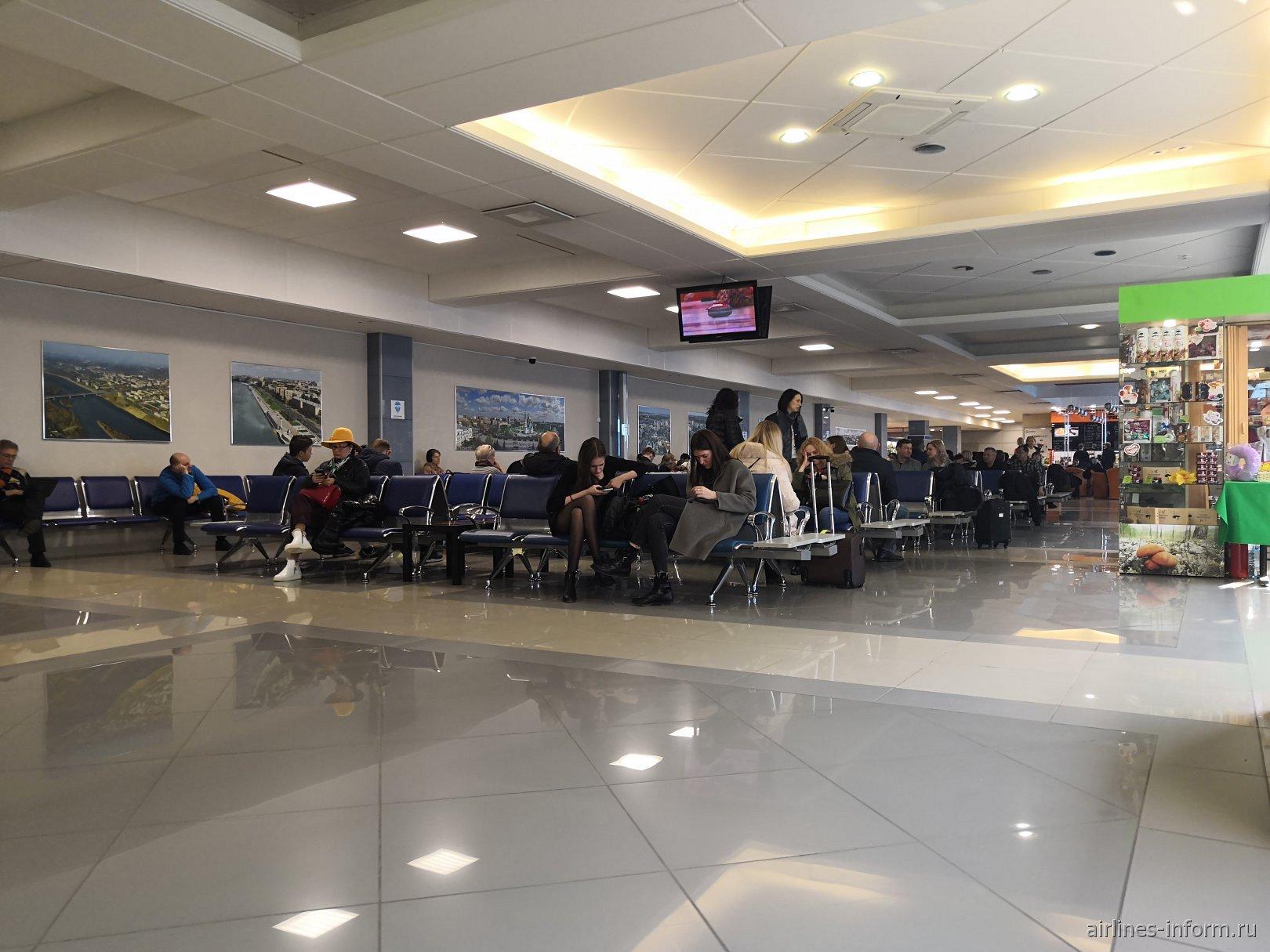 Зал ожидания в чистой зоне аэропорта Омск