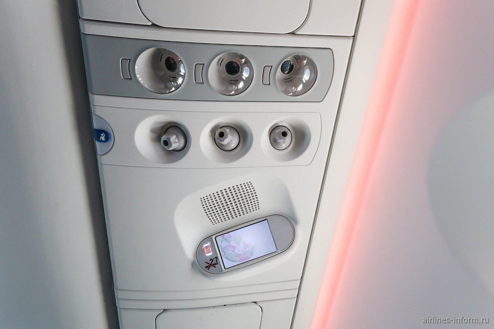 Верхняя панель над пассажирским креслом в авиалайнере Airbus A220-300