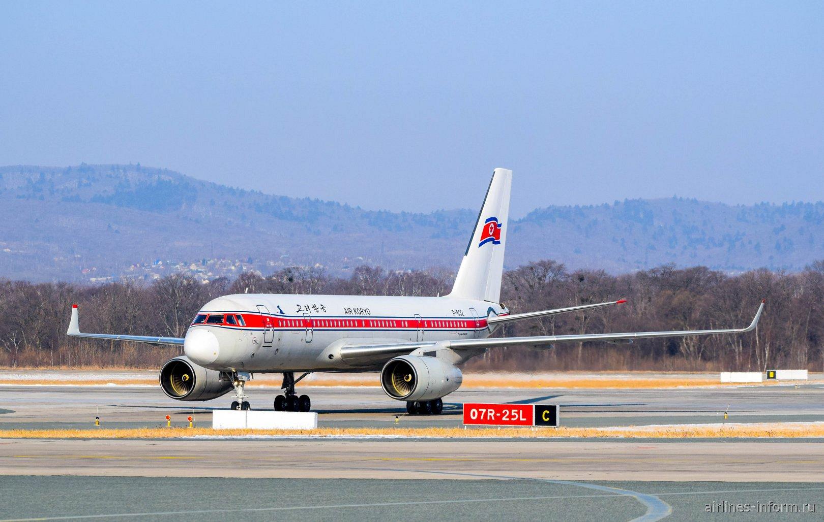 Самолет Ту-204-300 авиакомпании Air Koryo в аэропорту Владивостока