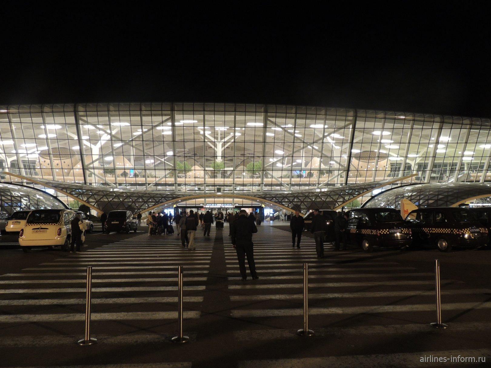У входа в терминал 1 аэропорта Баку имени Гейдара Алиева