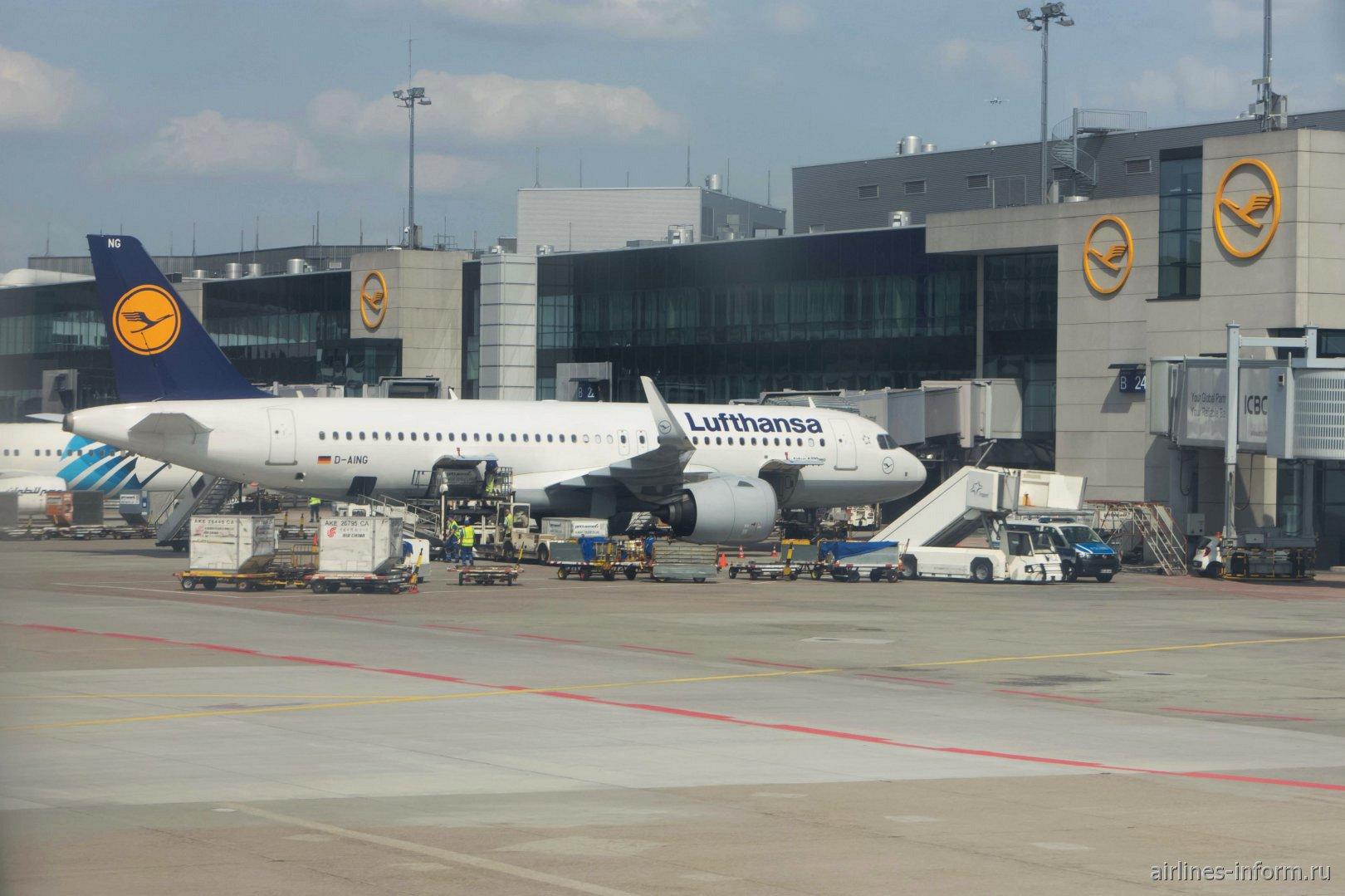 Подготовка к вылету самолета Airbus A320neo (D-AING) в аэропорту Франкфурта