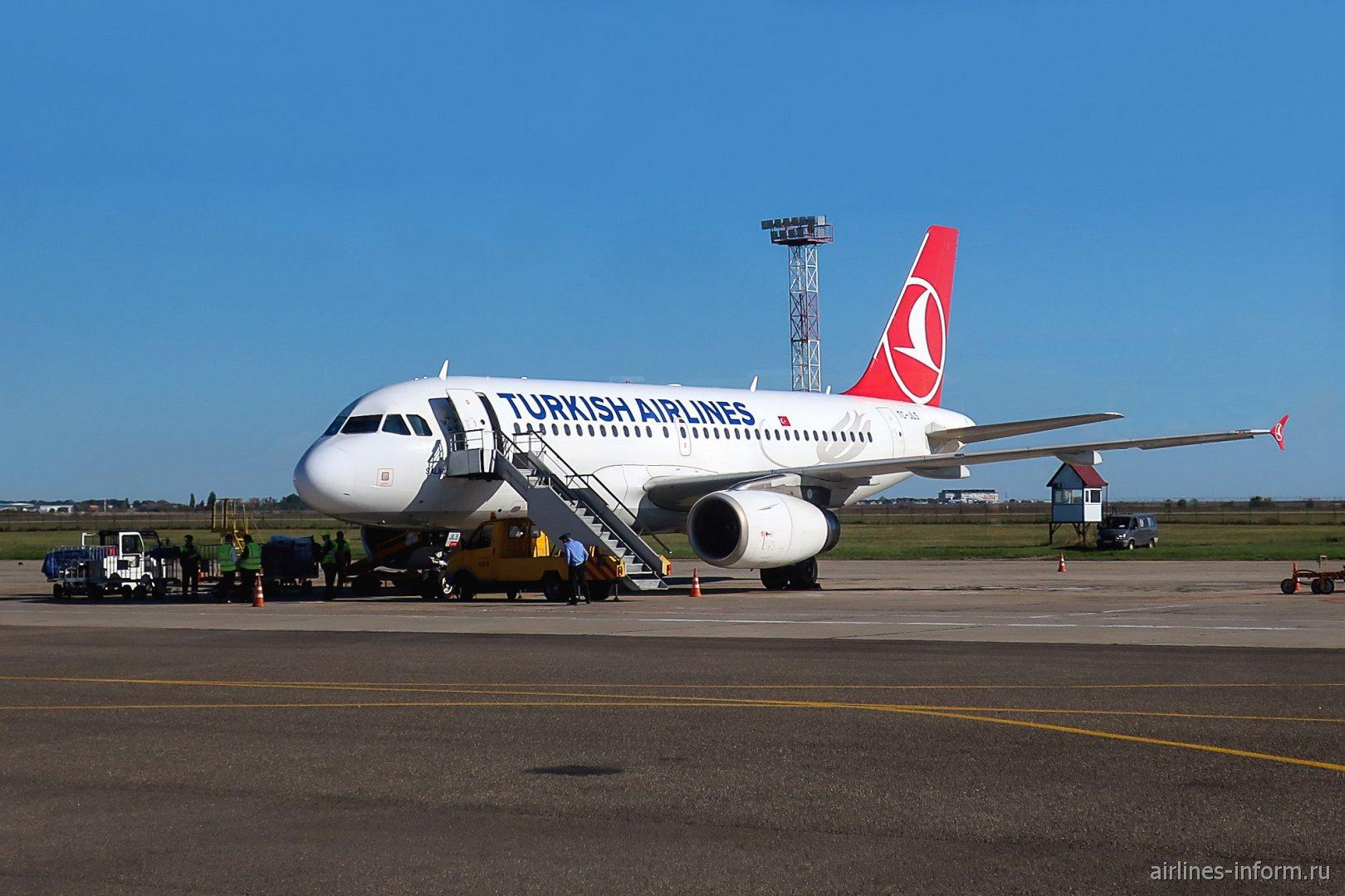 Самолет Airbus A319 Турецких авиалиний в аэропорту Краснодара