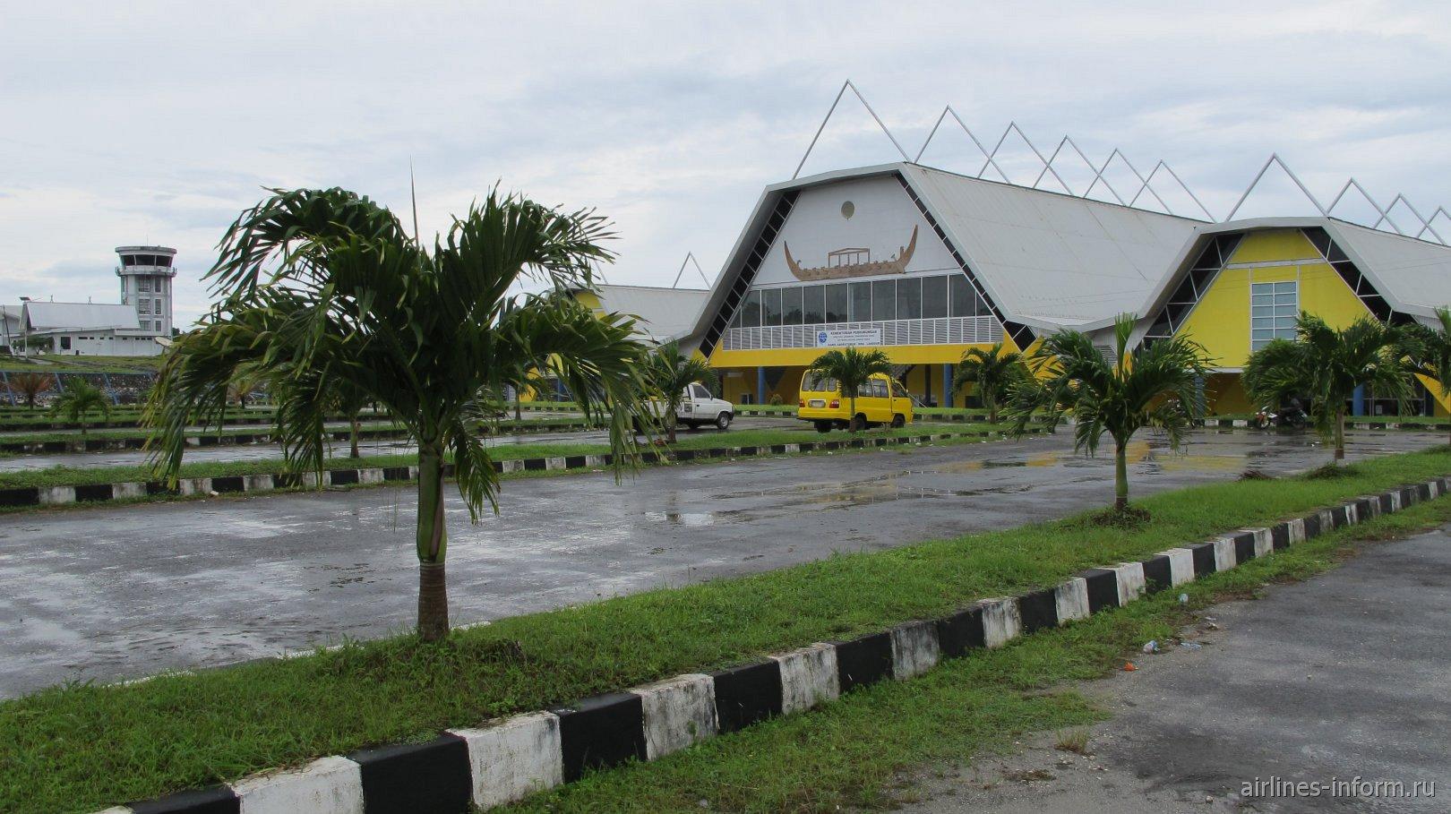 Привокзальная площадь аэропорта Лангур Карел Садсуйтубун