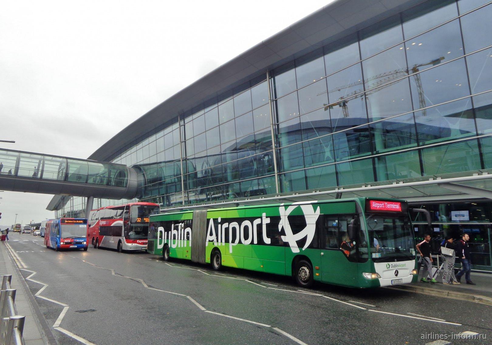 У входа в терминал 2 аэропорта Дублин
