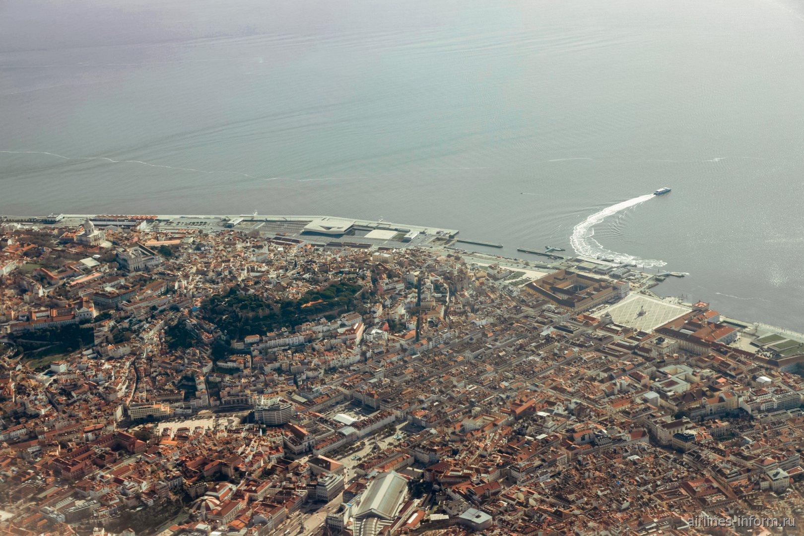 Вид на центр Лиссабона при взлете из аэропорта Портела