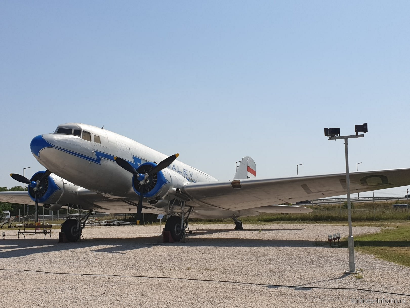 Самолет Ли-2 авиакомпании Malev в авиационном музее в аэропорту Будапешта