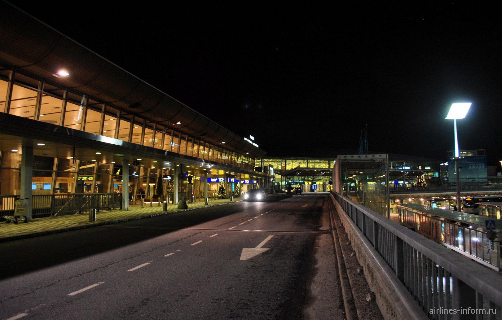 Ночной вид на терминал Т2 аэропорта Хельскинки Вантаа