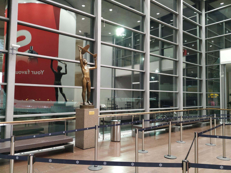Скульптура в терминале 5 аэропорта Стокгольм Арланда