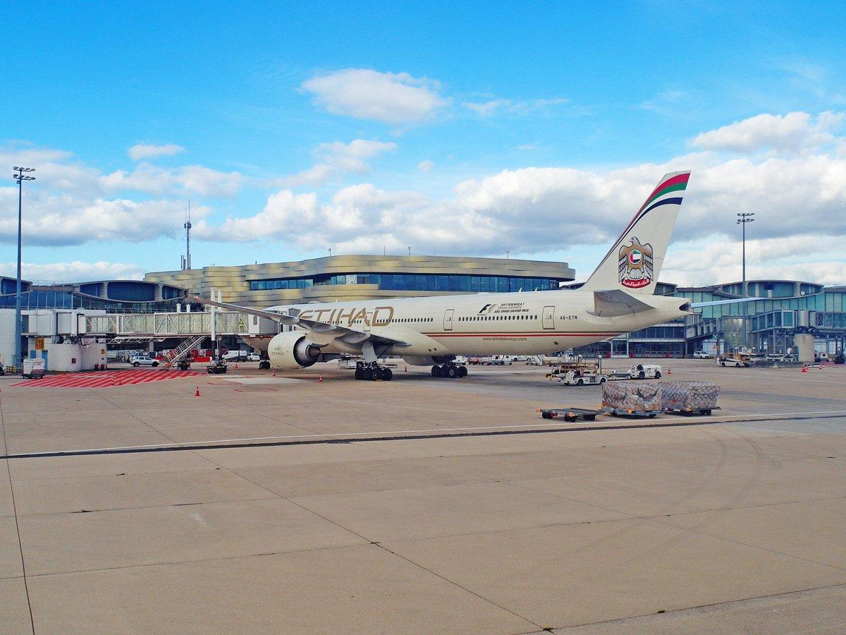 Боинг-777-300 авиакомпании Etihad в аэропорту Париж Шарль-де-Голль