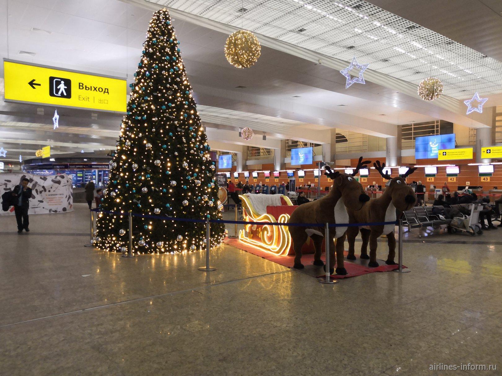 Новогодняя елка и олени в терминале D аэропорта Шереметьево