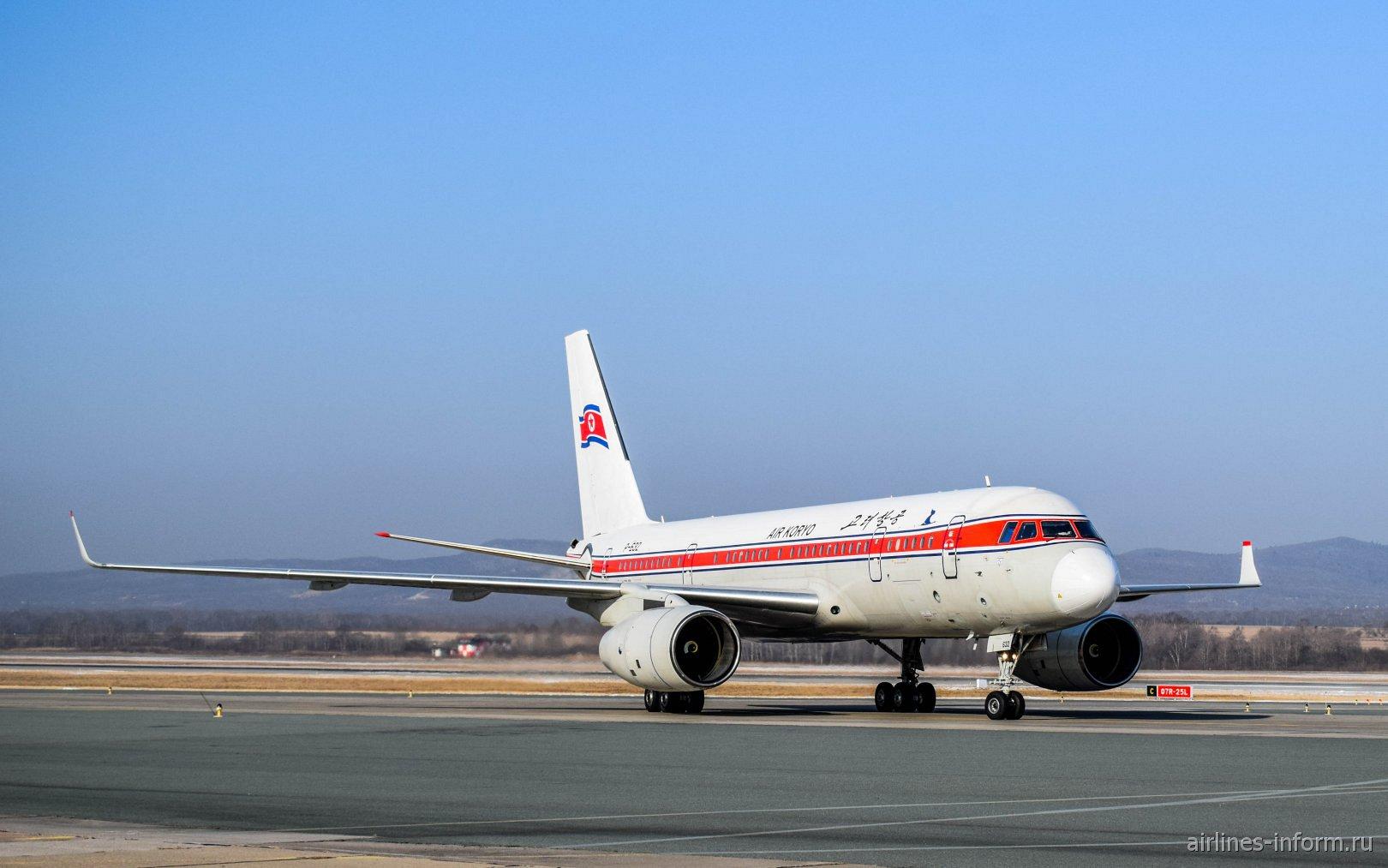 Авиалайнер Ту-204-300 авиакомпании Air Koryo в аэропорту Владивостока