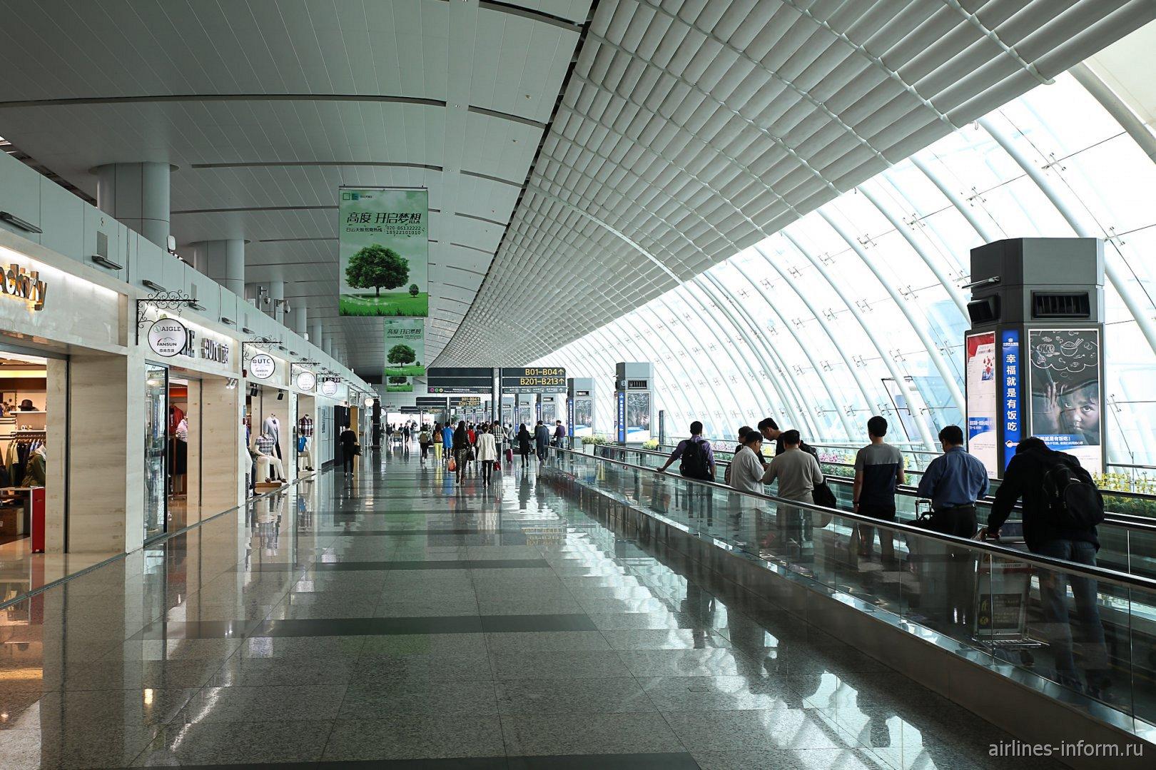 Переход в чистой зоне внутренних вылетов аэропорта Гуанчжоу Байюнь