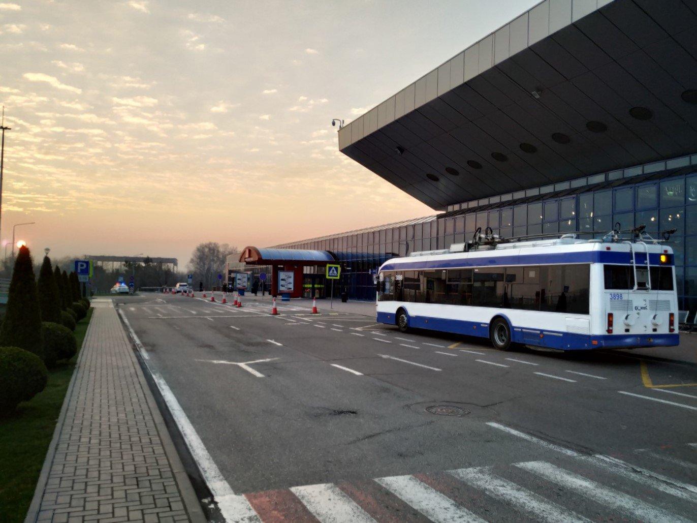 У входа в пассажирский терминал аэропорта Кишинев