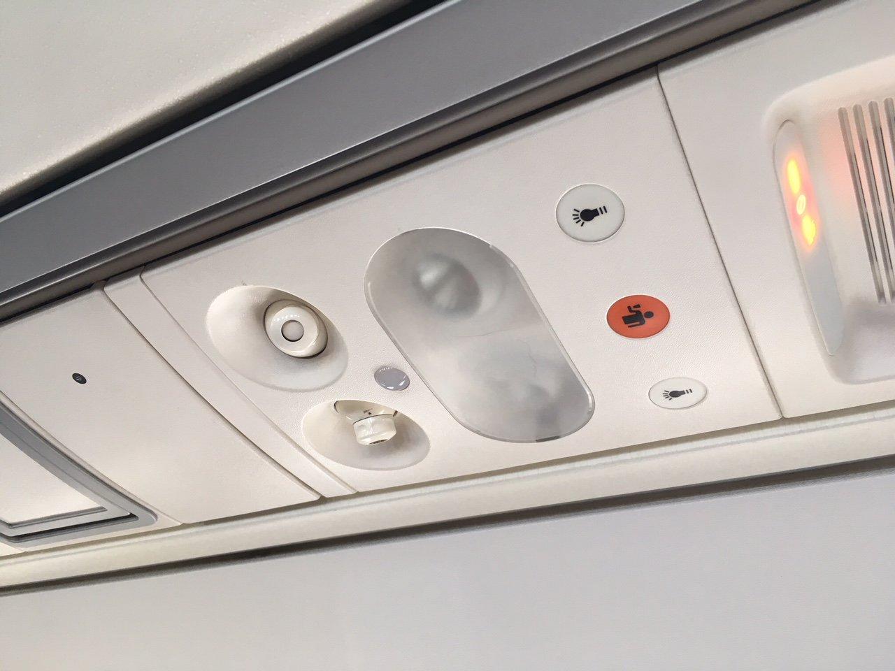 Панель над пассажирским креслом в самолете ATR 72