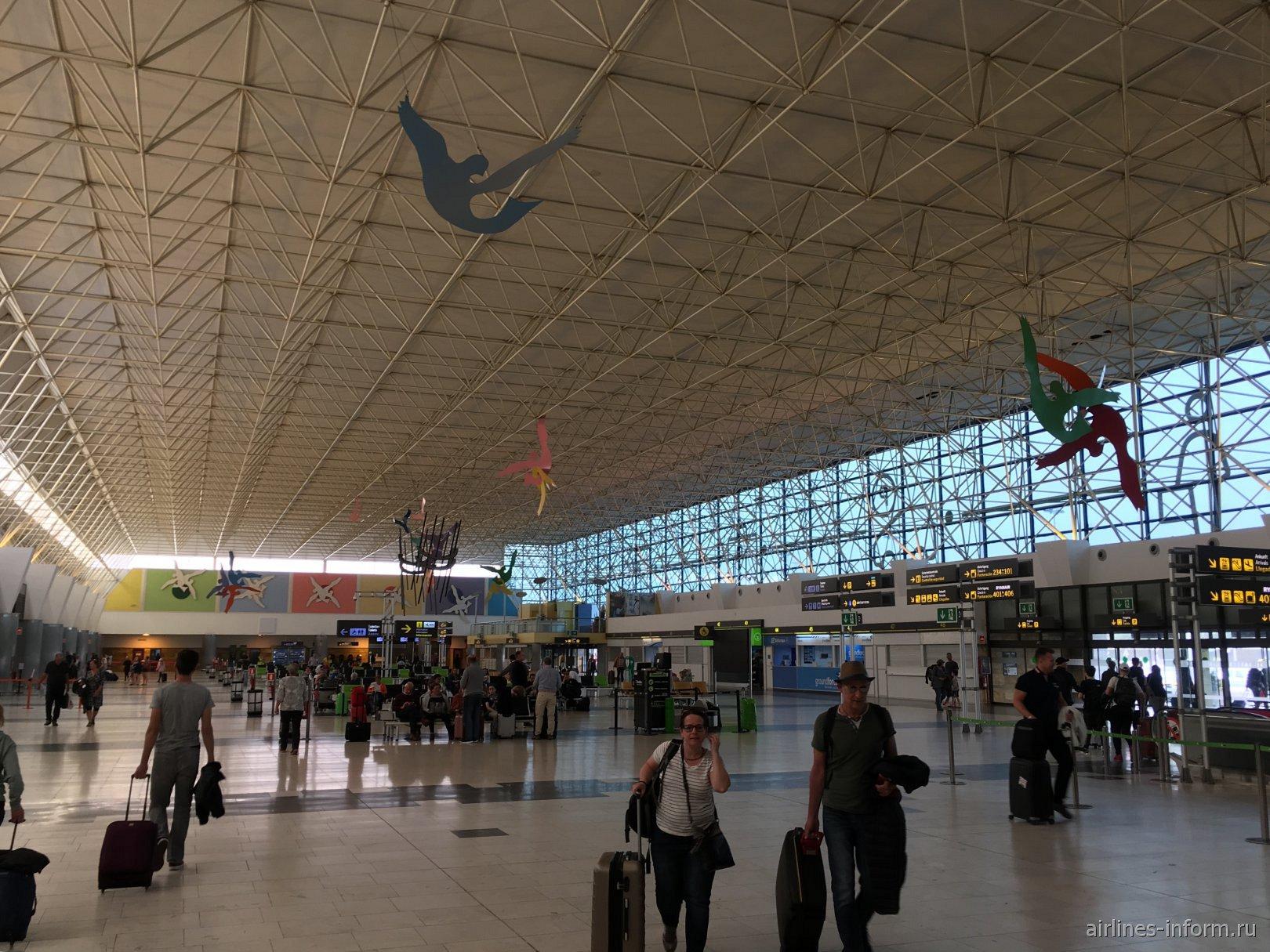 Внутри пассажирского терминала аэропорта Лас-Пальмас-де-Гран-Канария