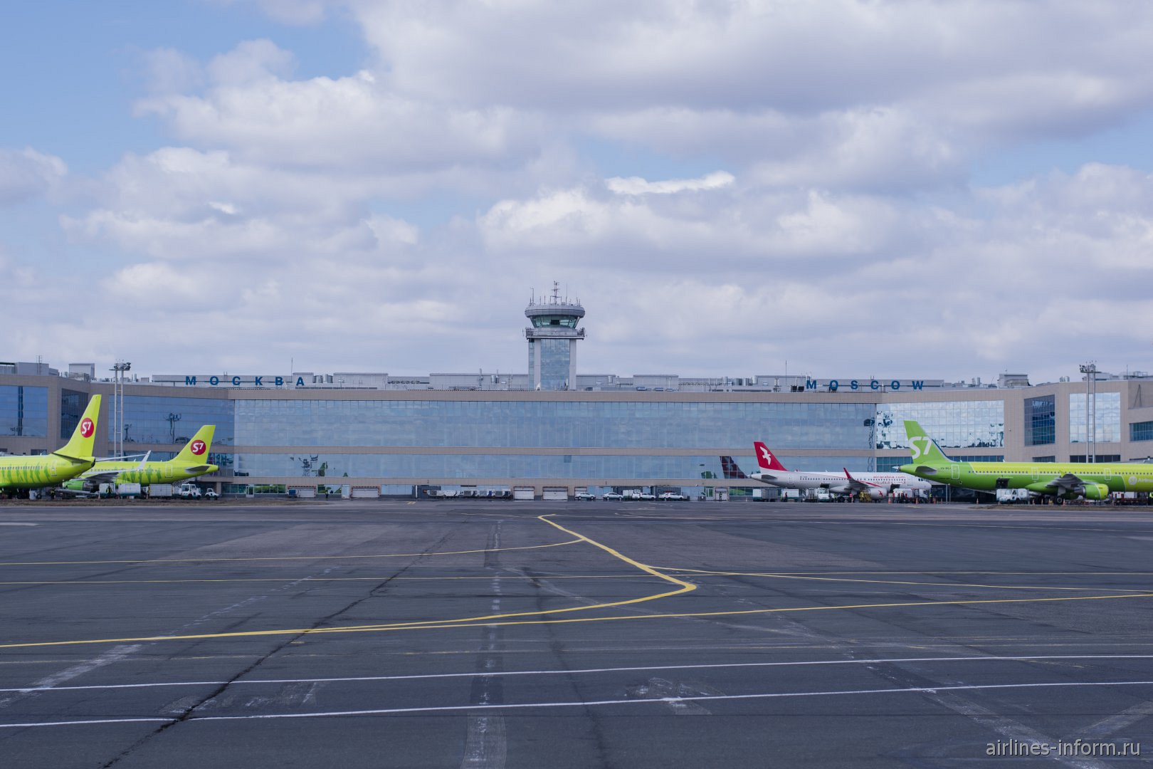 Вид с перрона на аэровокзал аэропорта Домодедово