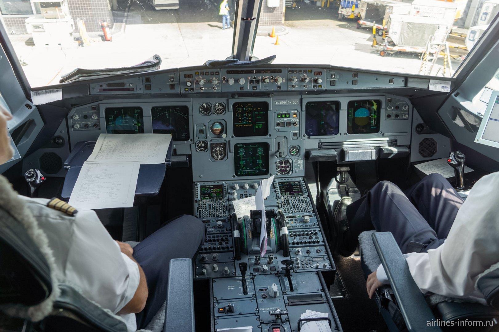Кабина пилотов в самолете Airbus A320 авиакомпании Lufthansa