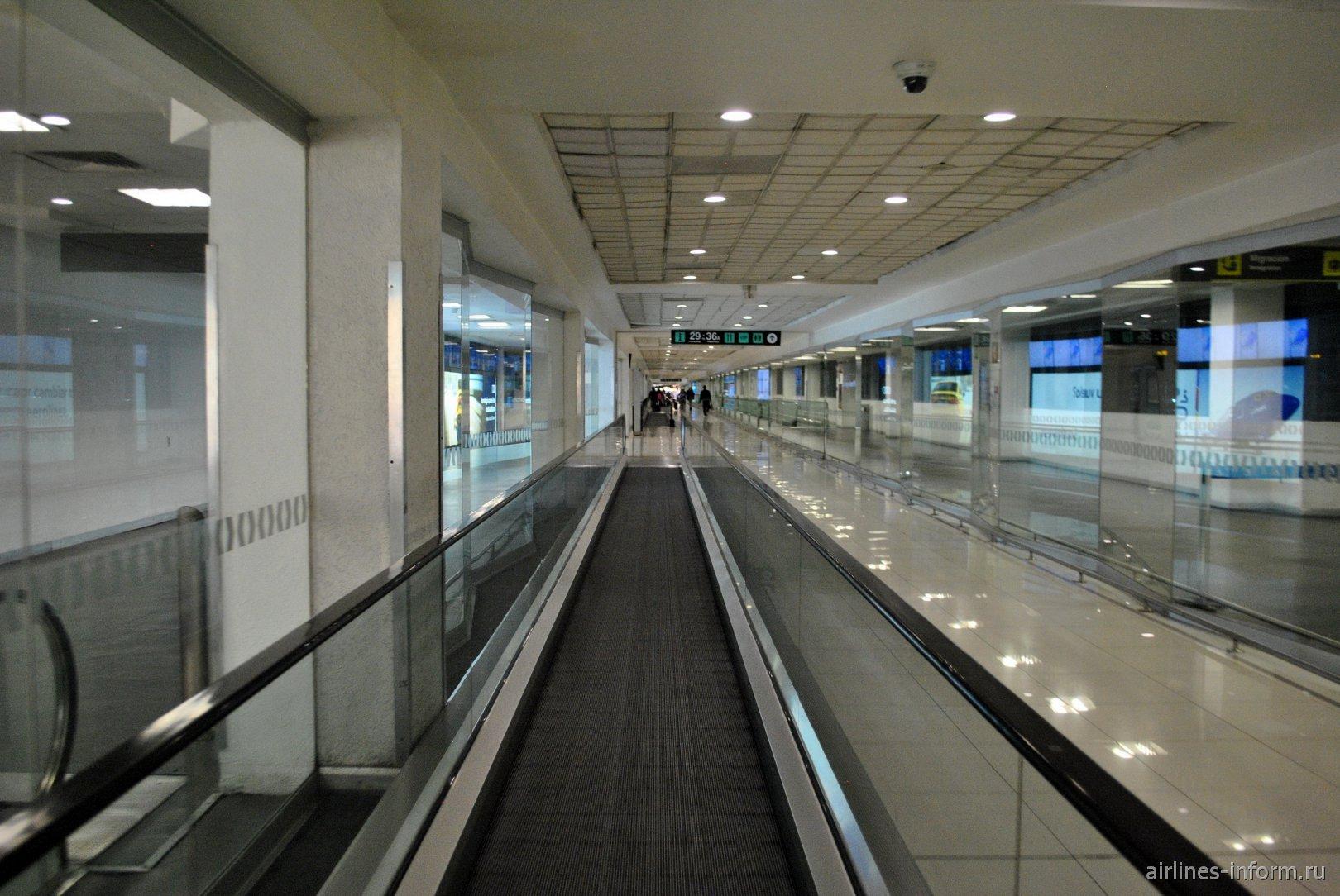 Траволаторы к удаленным гейтам в терминале Т1 аэропорта Мехико Бенито Хуарес