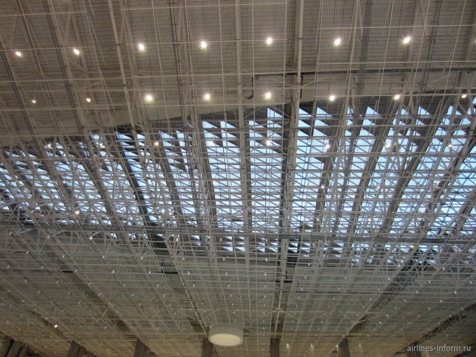 Потолок в новом пассажирском терминале аэропорта Симферополь