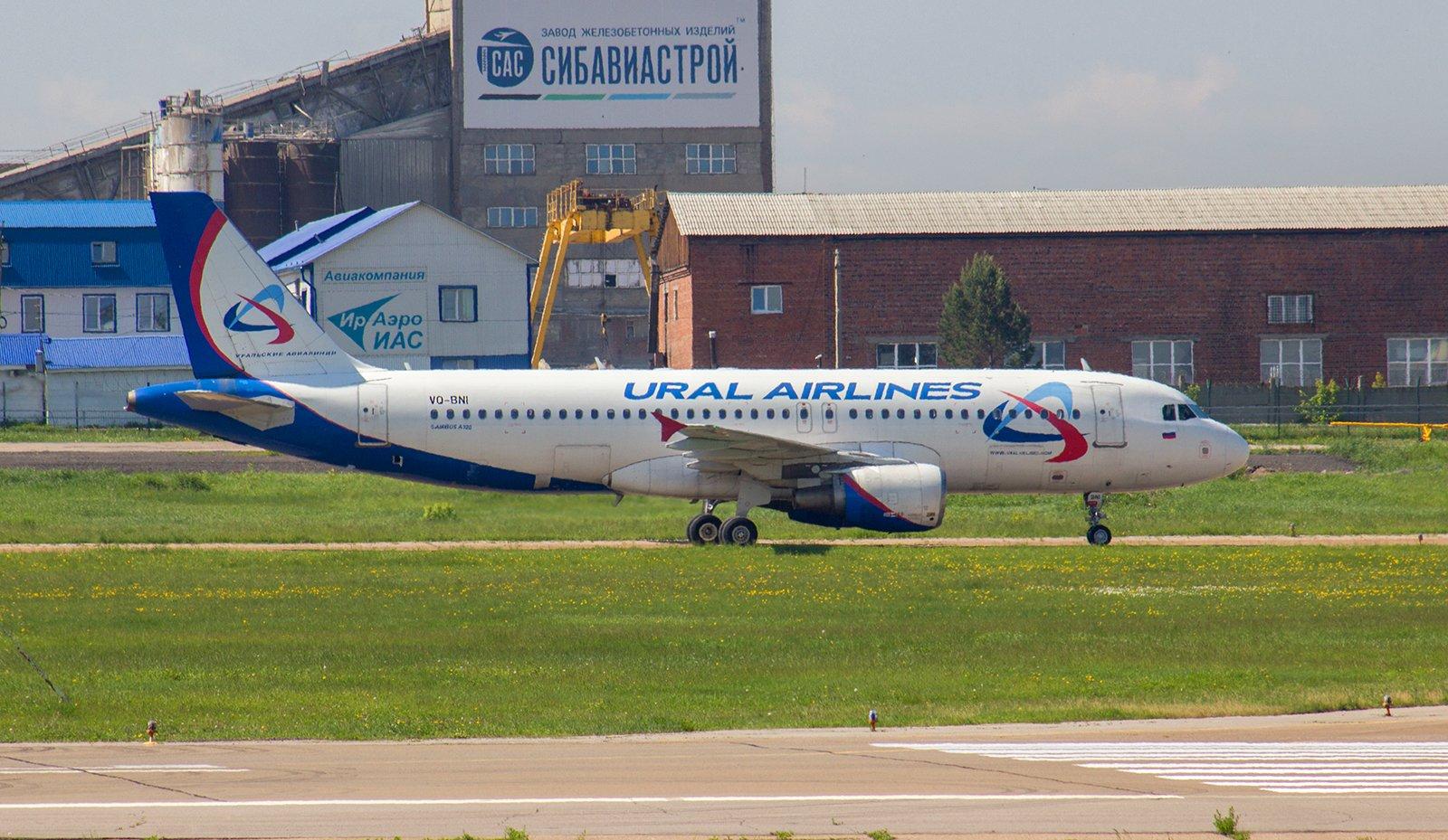 Авиалайнер Airbus А320 VQ-BNI Уральских авиалиний в аэропорту Иркутска