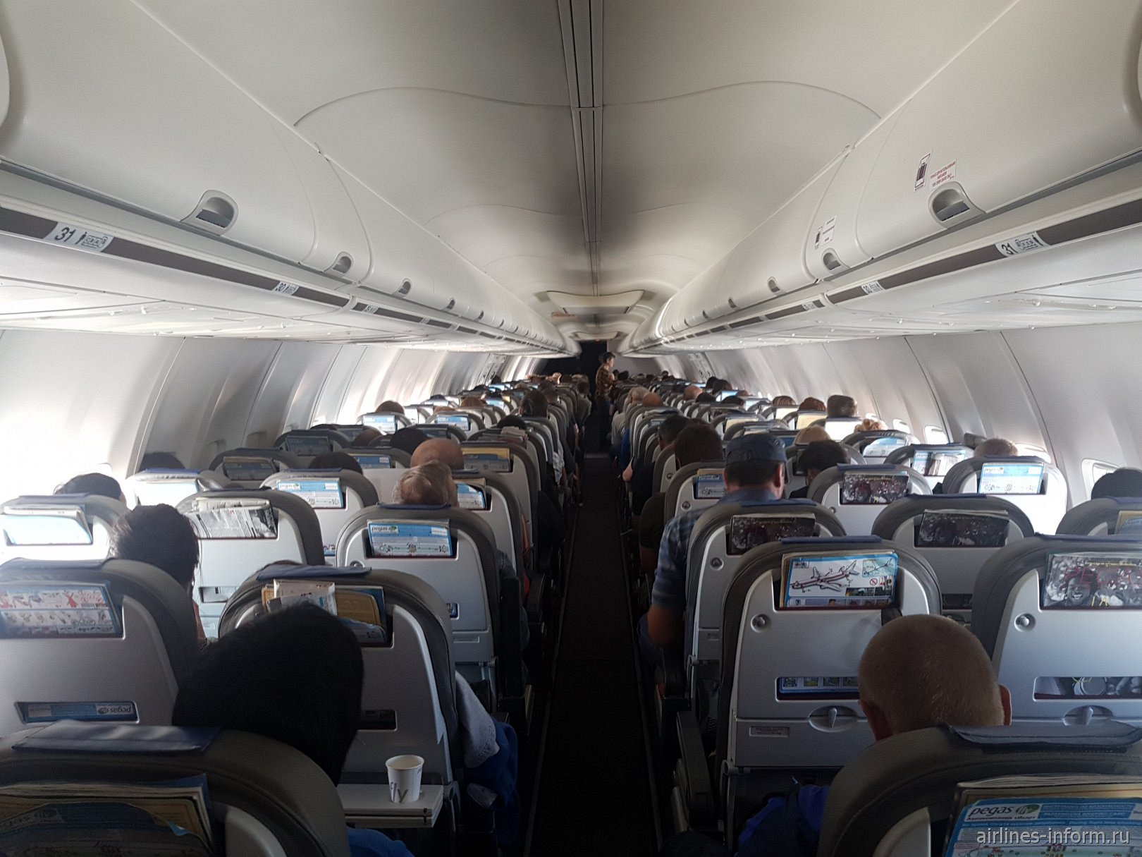 Пассажирский салон в самолете Боинг-737-800 авиакомпании Nordwind