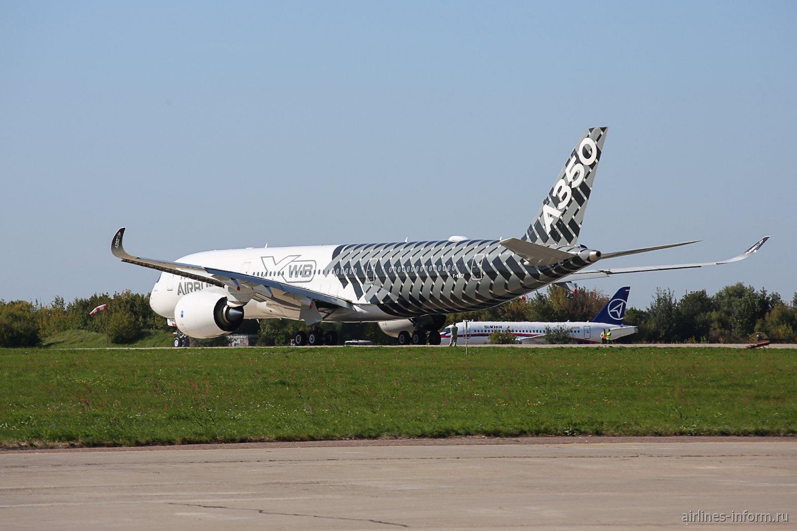 Airbus A350-900XWB готовится к вылету во время авиасалона МАКС-2019