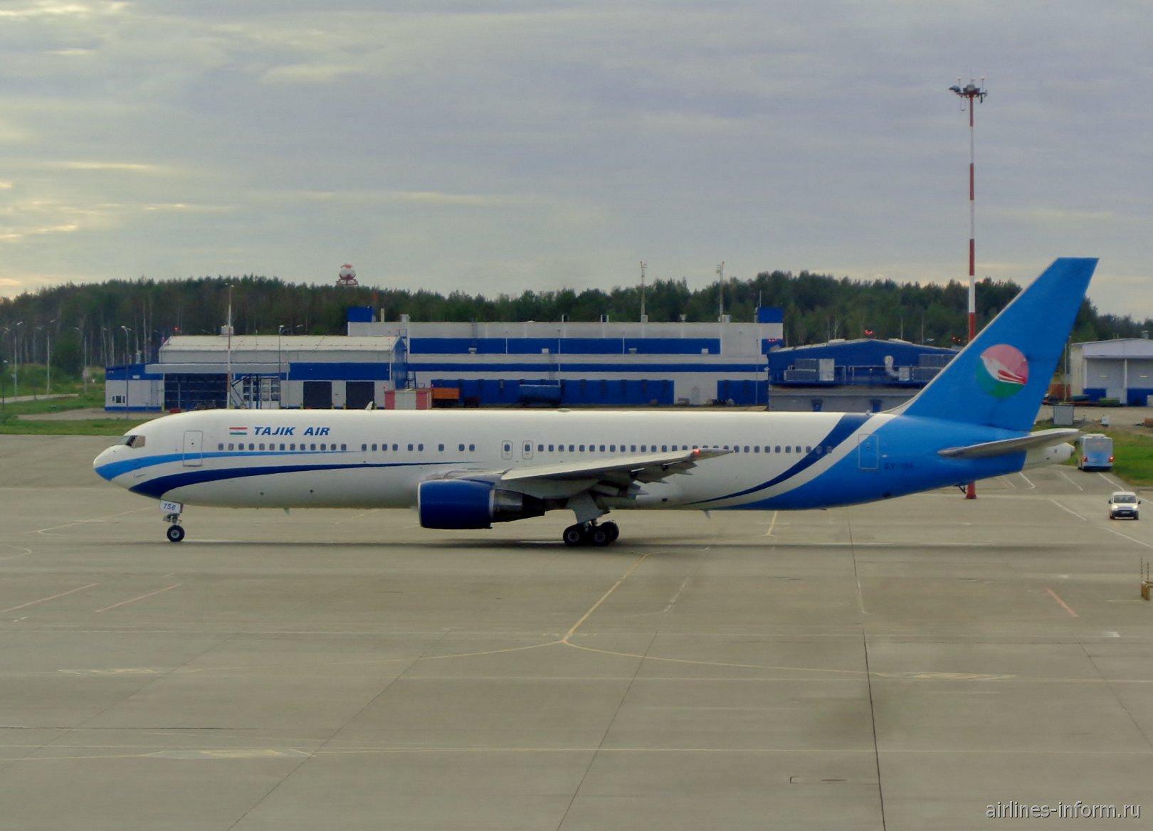 Самолет Боинг-767-300 авиакомпании Tajik Ar в аэропорту Пулково