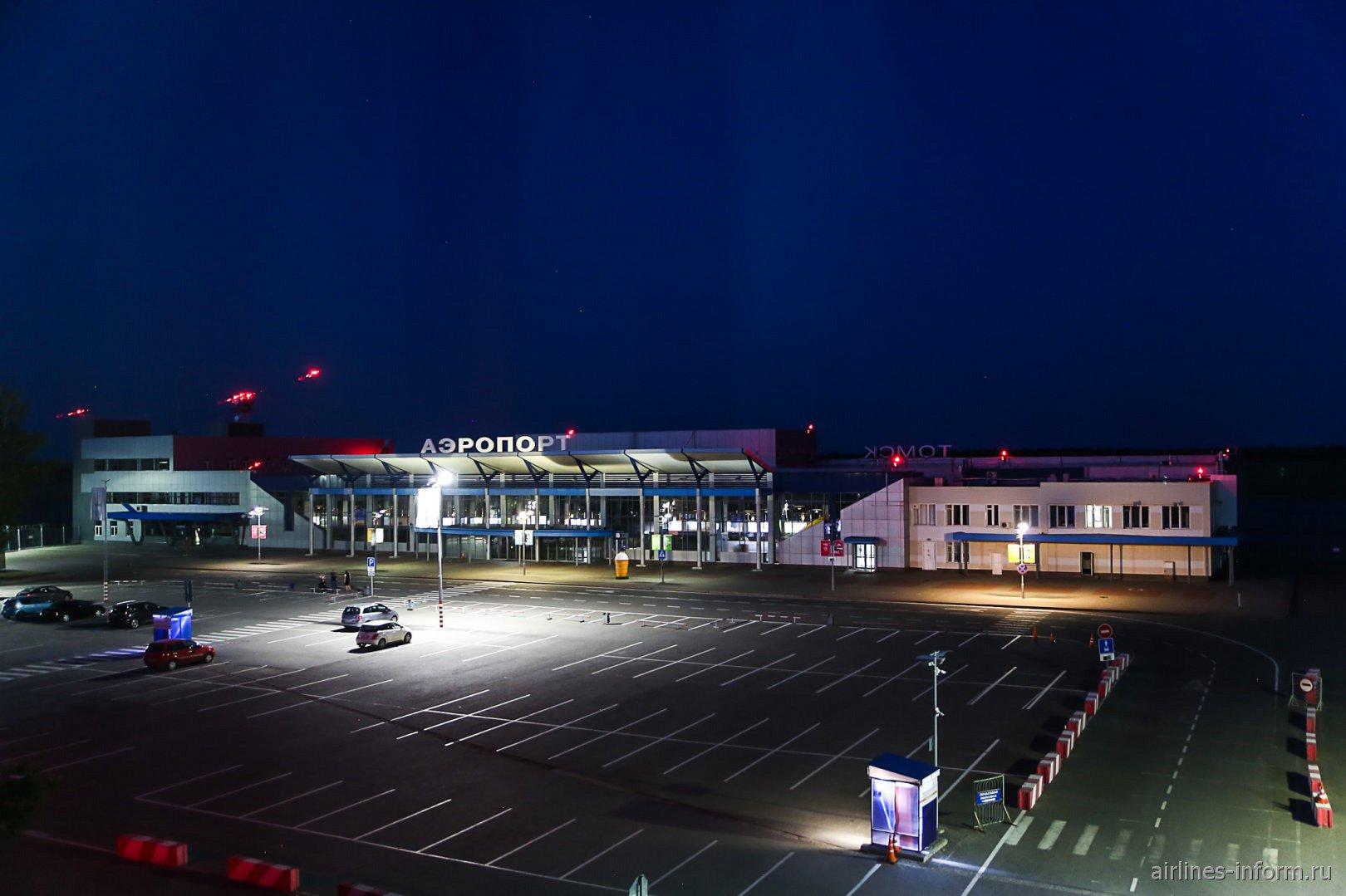 Привокзальная площадь Томского аэропорта ночью