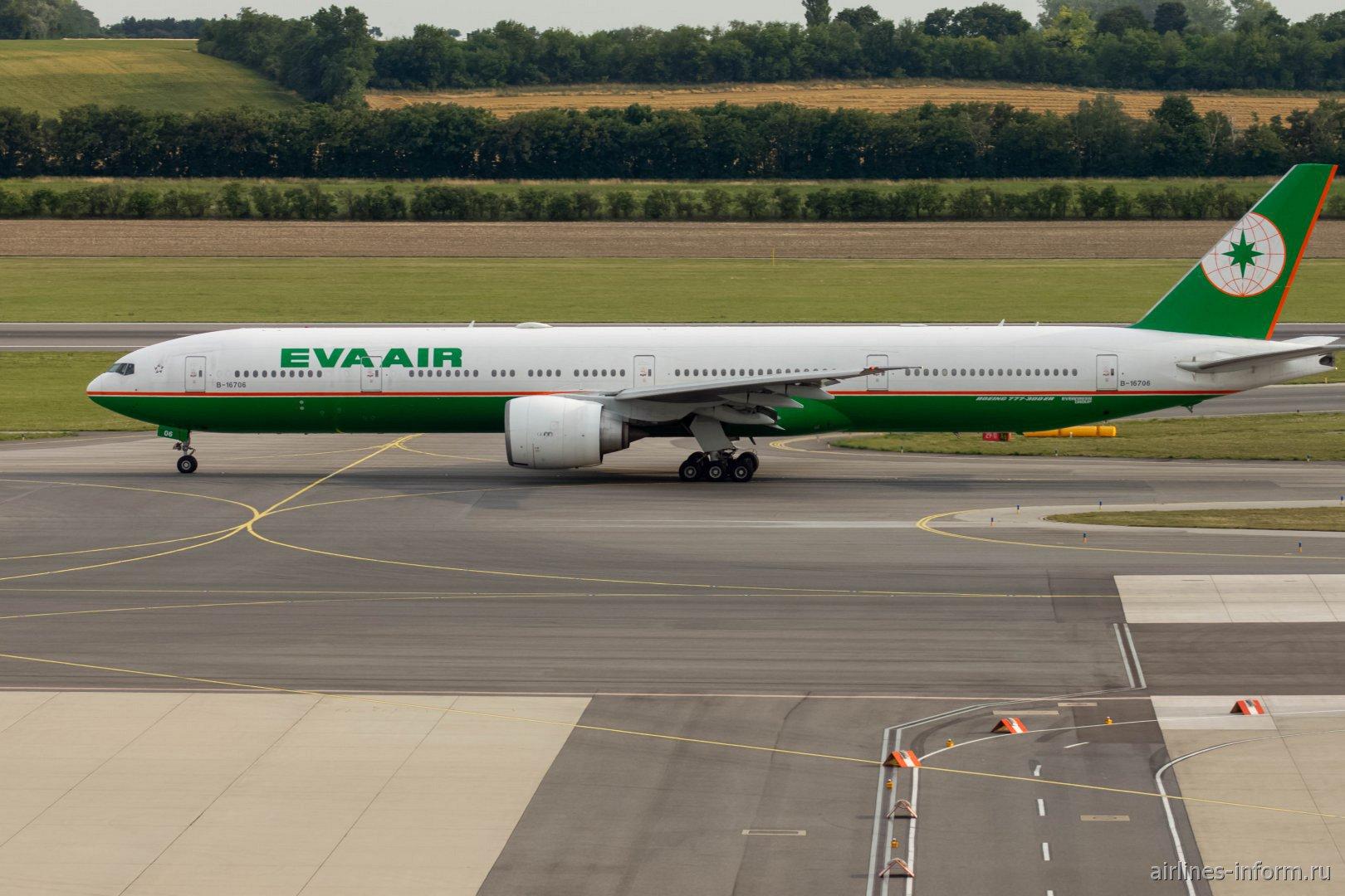 Самолет Boeing 777-300ER авиакомпании EVA Air в аэропорту Вена Швехат