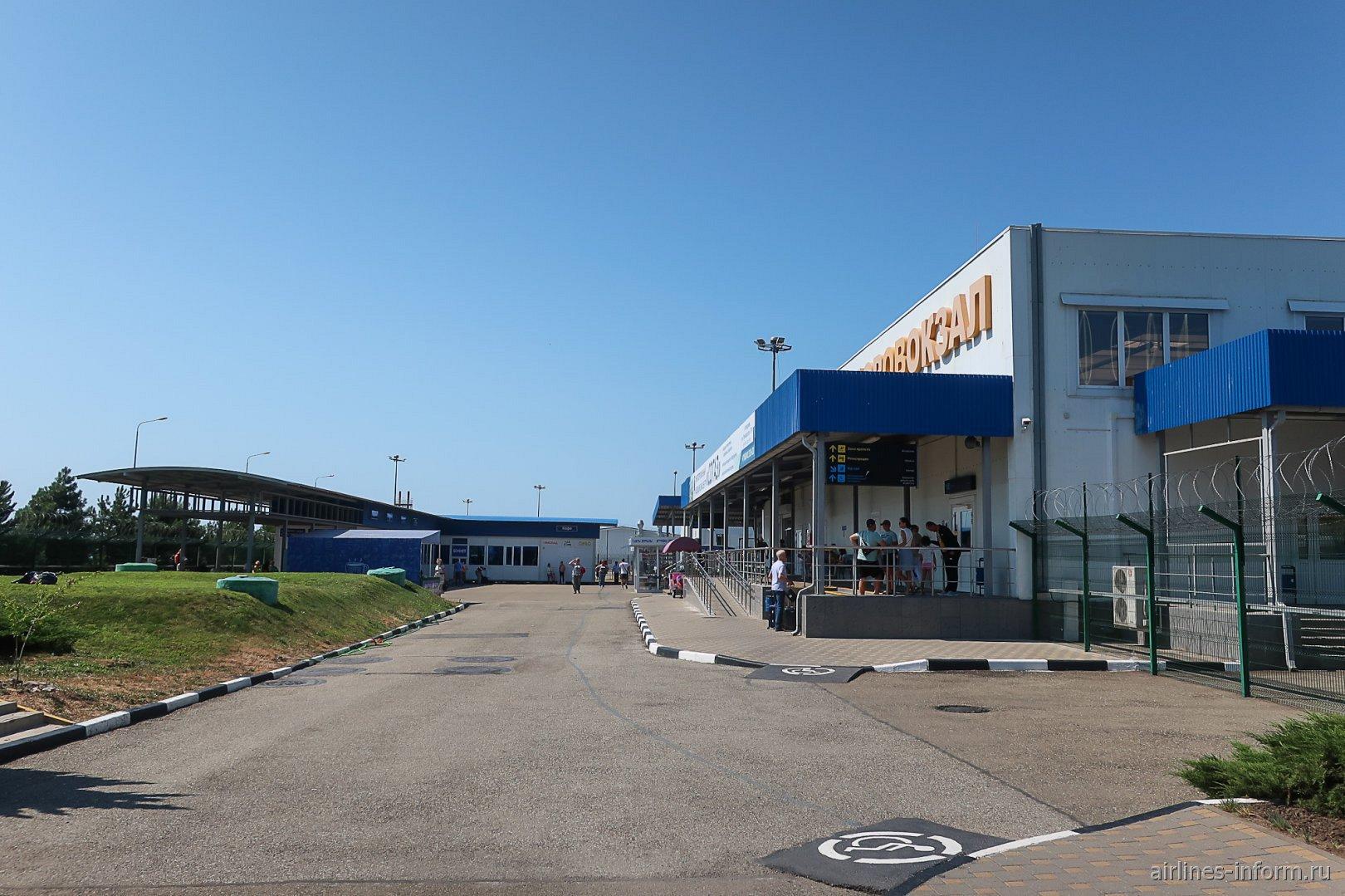 Открытая площадка у пассажирского терминала аэропорта Геленджик