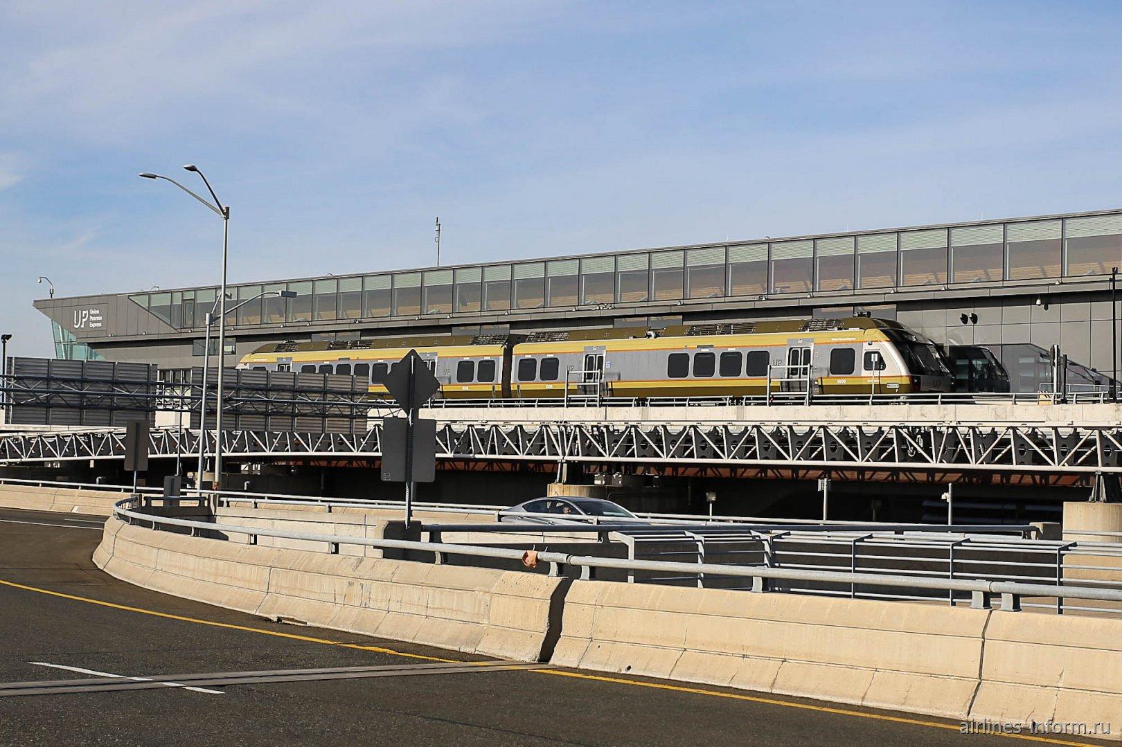 Поезд Аэроэкспресс между центром Торонто и аэропортом имени Лестера Пирсона