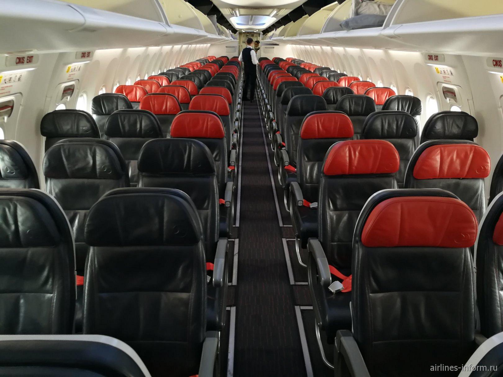 Салон экономического класса в Боинге-737-800 Турецких авиалиний