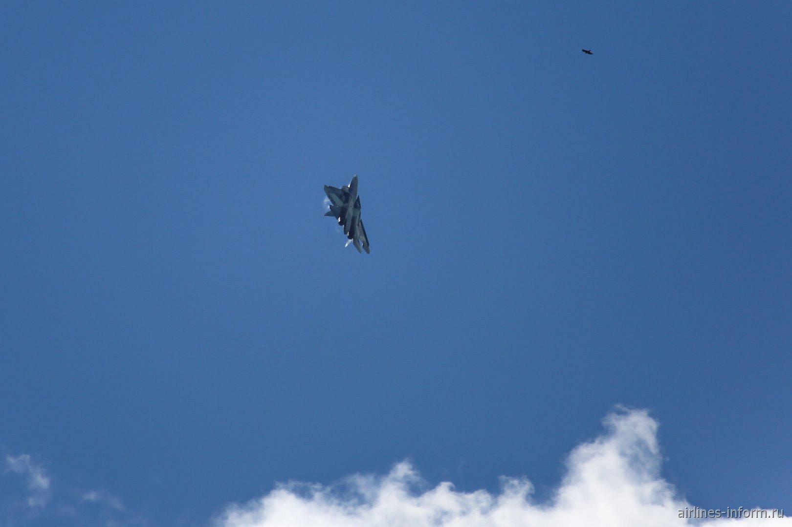 Полет самолета Т-50 на авиашоу МАКС-2017